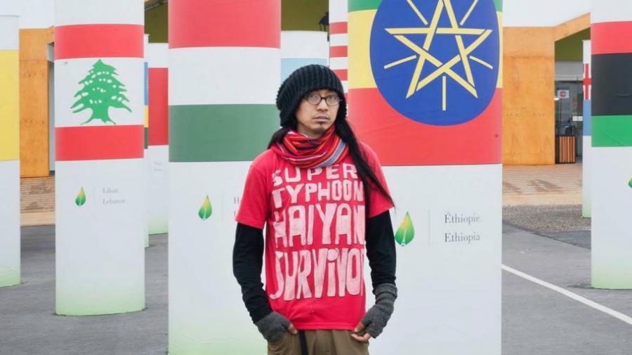 """A.G. Saño mit T-Shirt """"Super typhoon Haiyan survivor"""""""