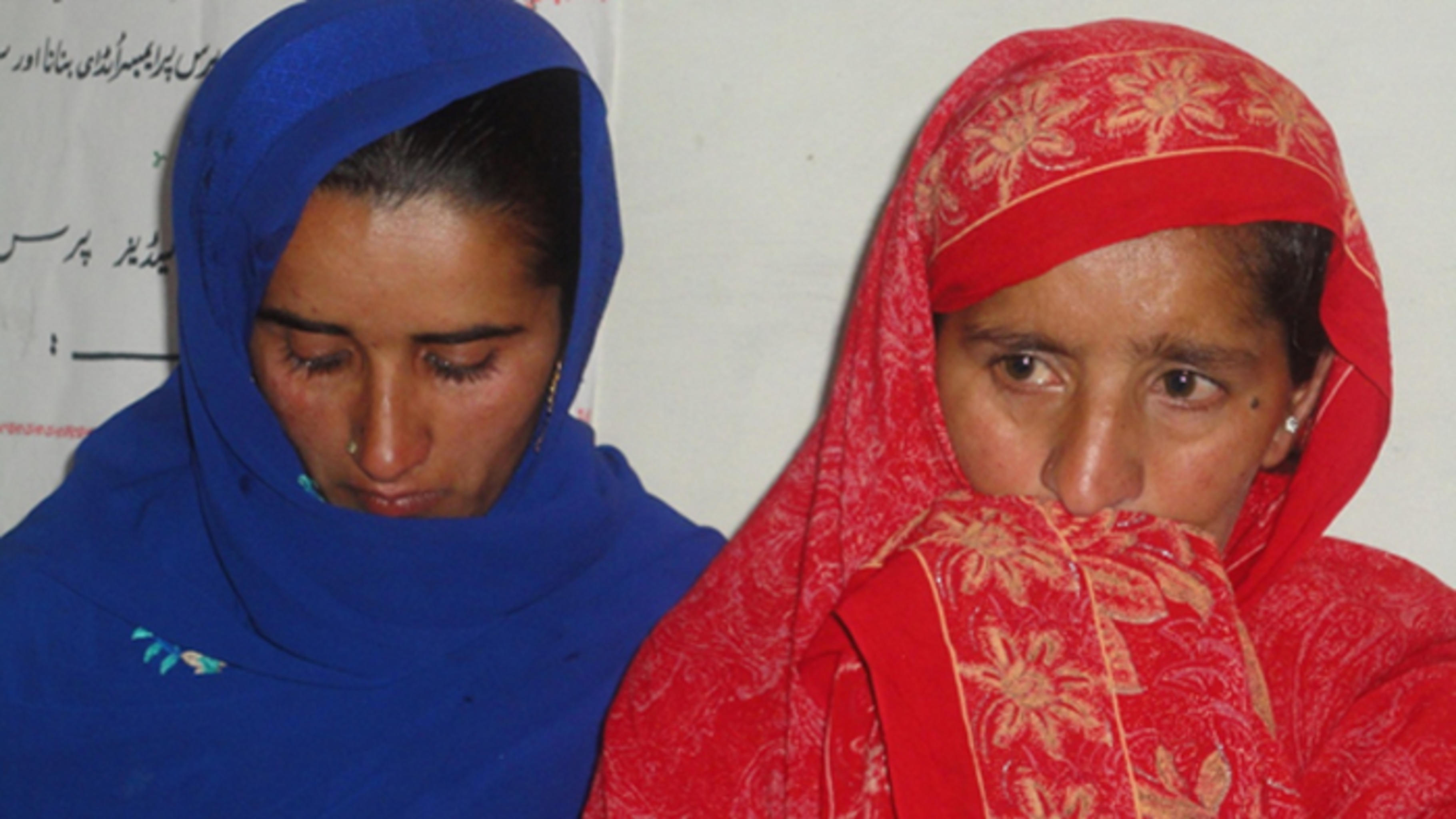 Farzana im Gespräch mit dem Team von SAIBAAN.