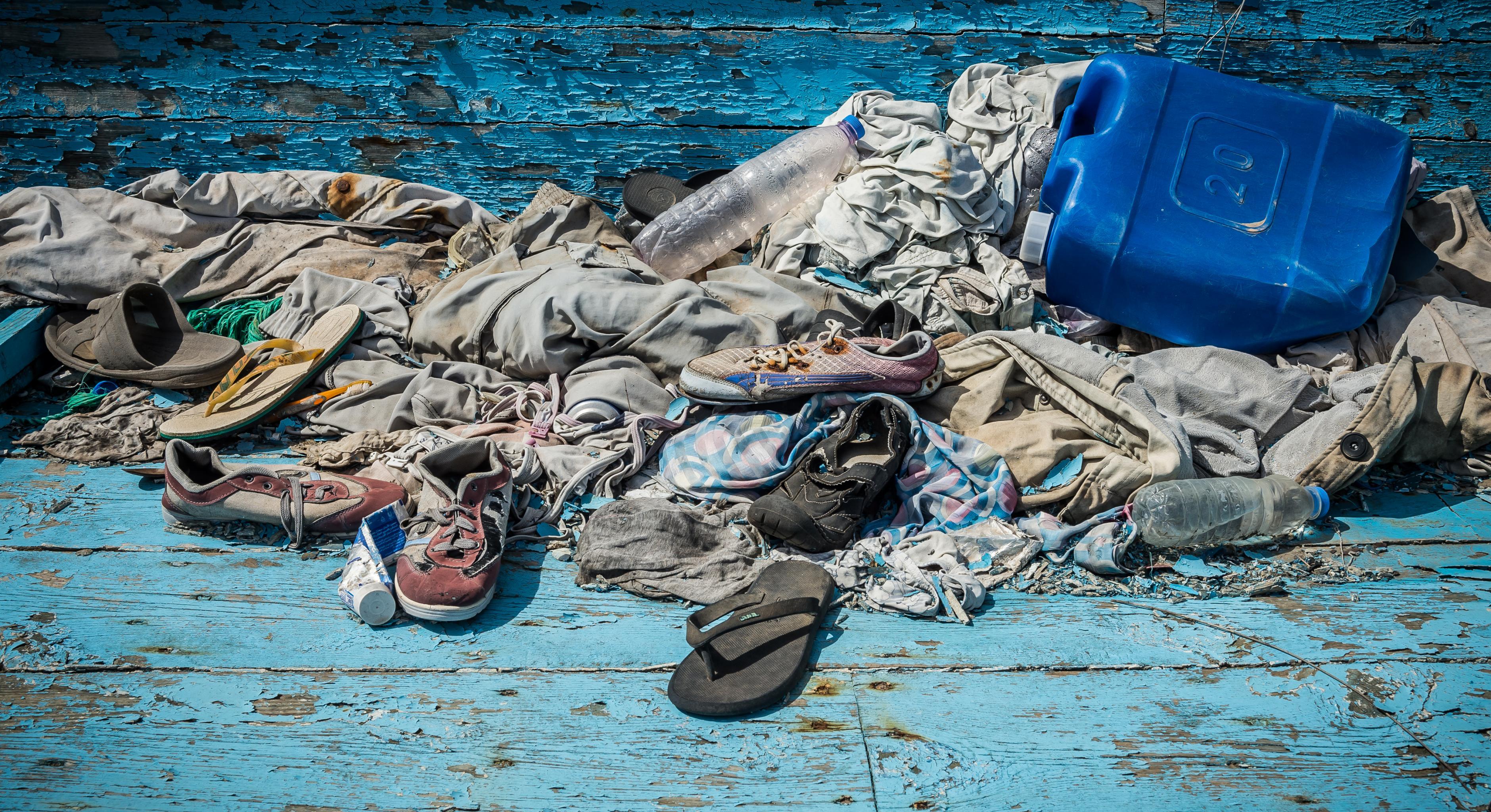Kleidungsstücke, die in einem Boot zurückgelassen wurden