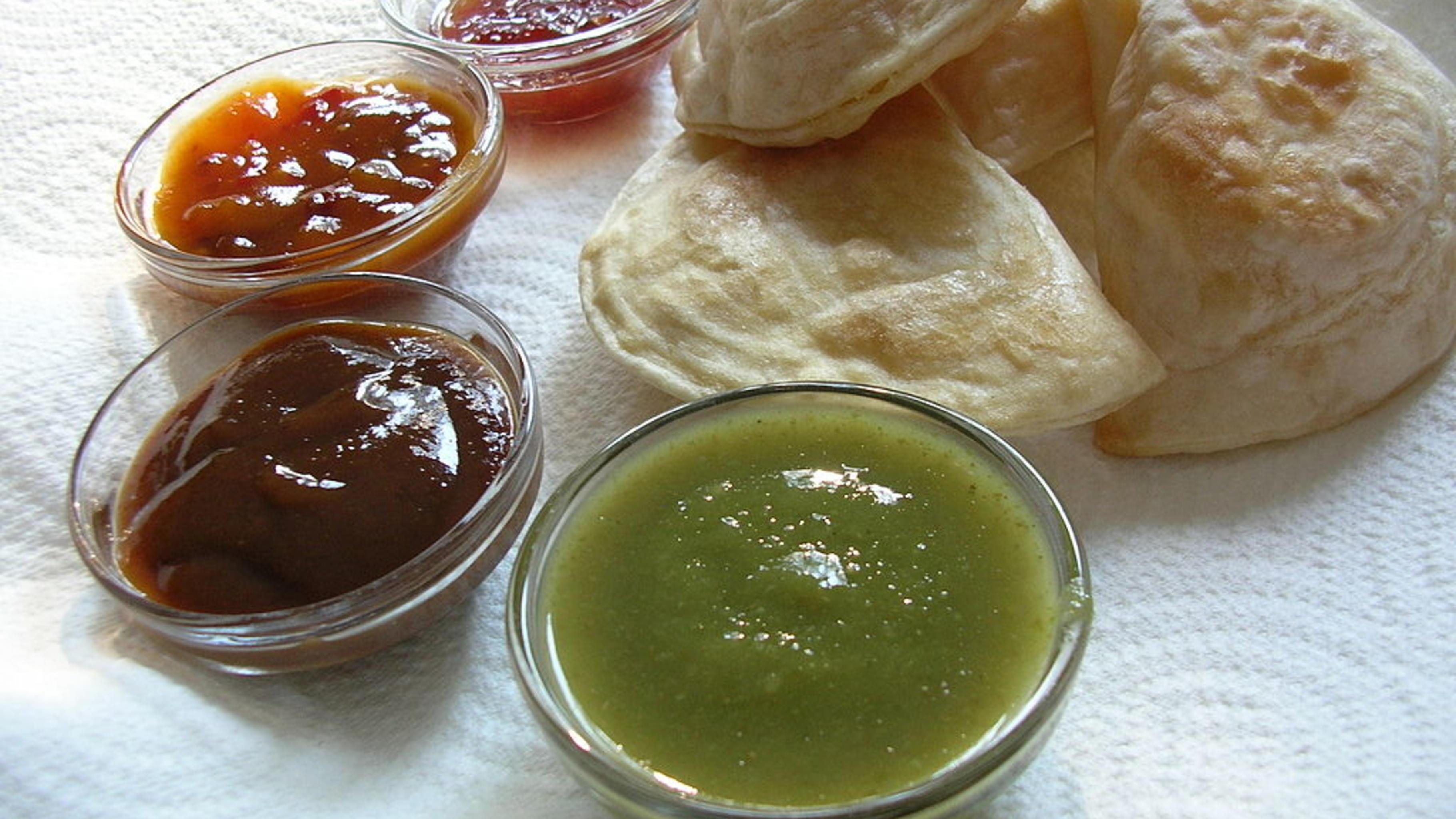 """""""Samosas"""" und vier farbige Saucen. CC-BY-2.0 """"Lunch"""" von Crystal"""