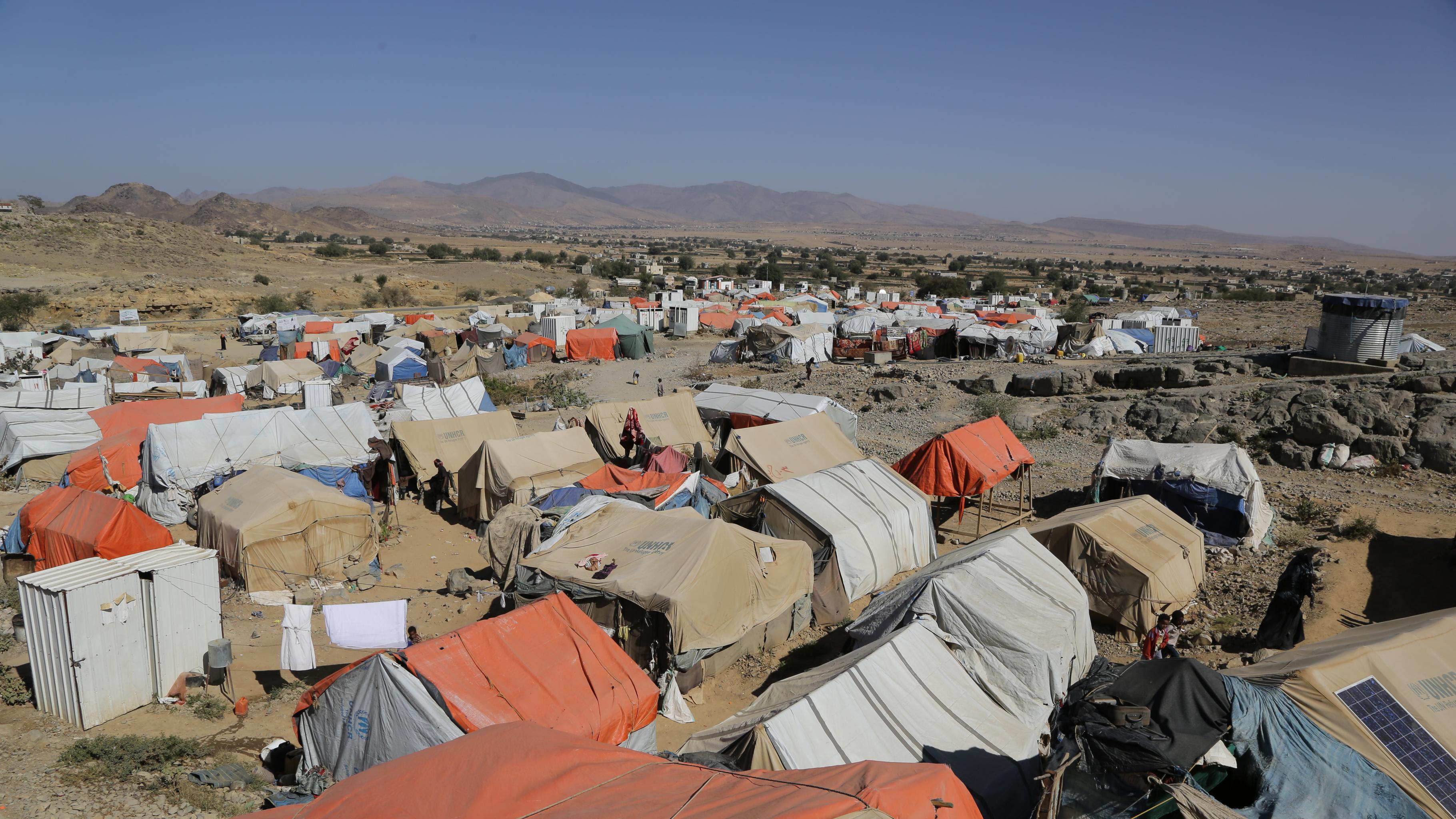 Ein Camp für Binnenflüchtlinge im Jemen. Oxfam versorgt die Menschen mit Trinkwasser und anderen lebensnotwendigen Dingen.