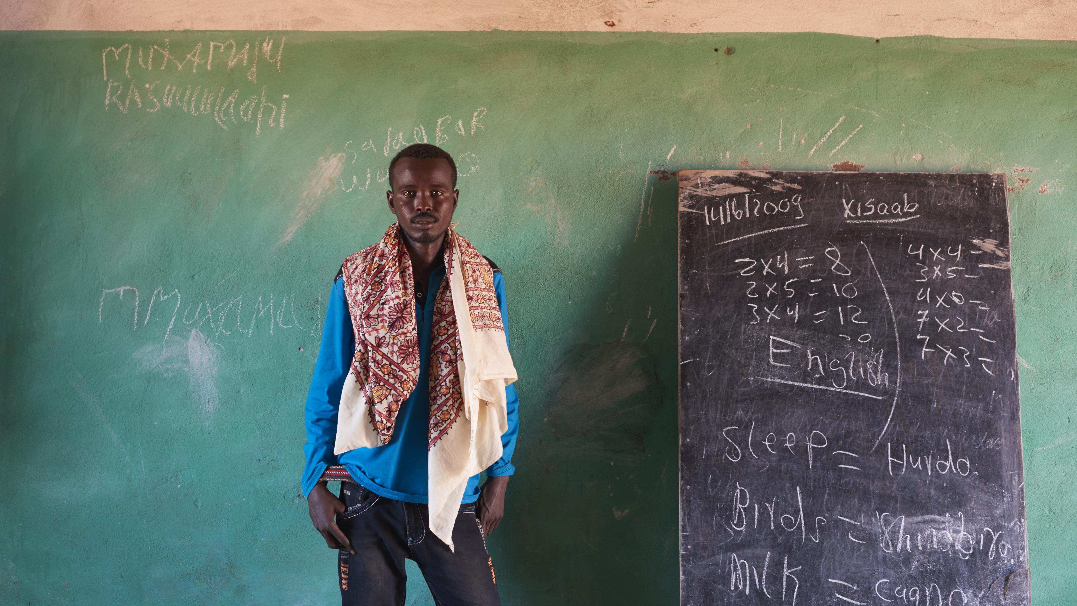 hungerkrise Ostafrika: Ein Mann steht in einem leeren, kargem Klassenzimmer neben einer Tafel