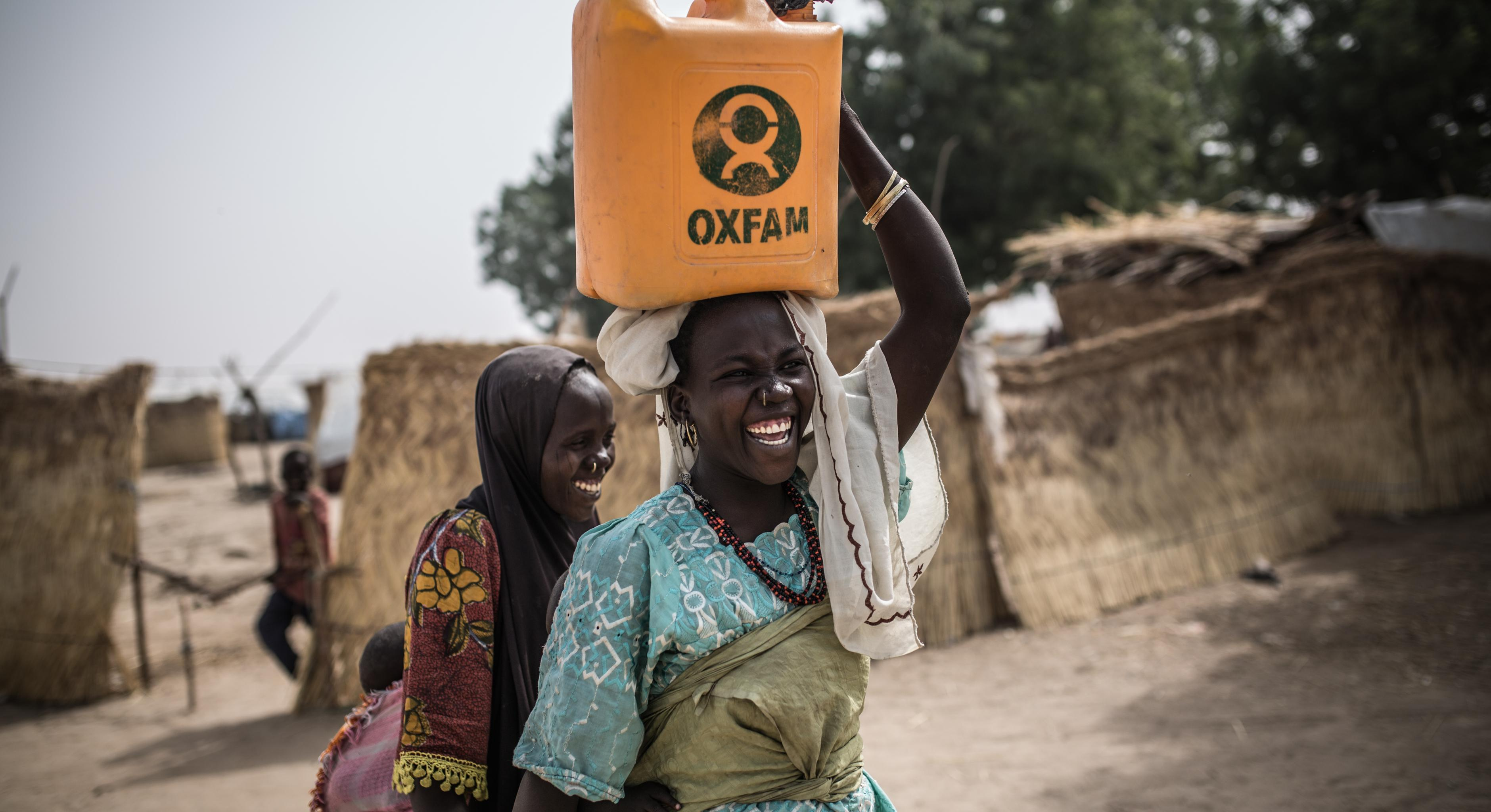Frau mit Wasser in Nigeria