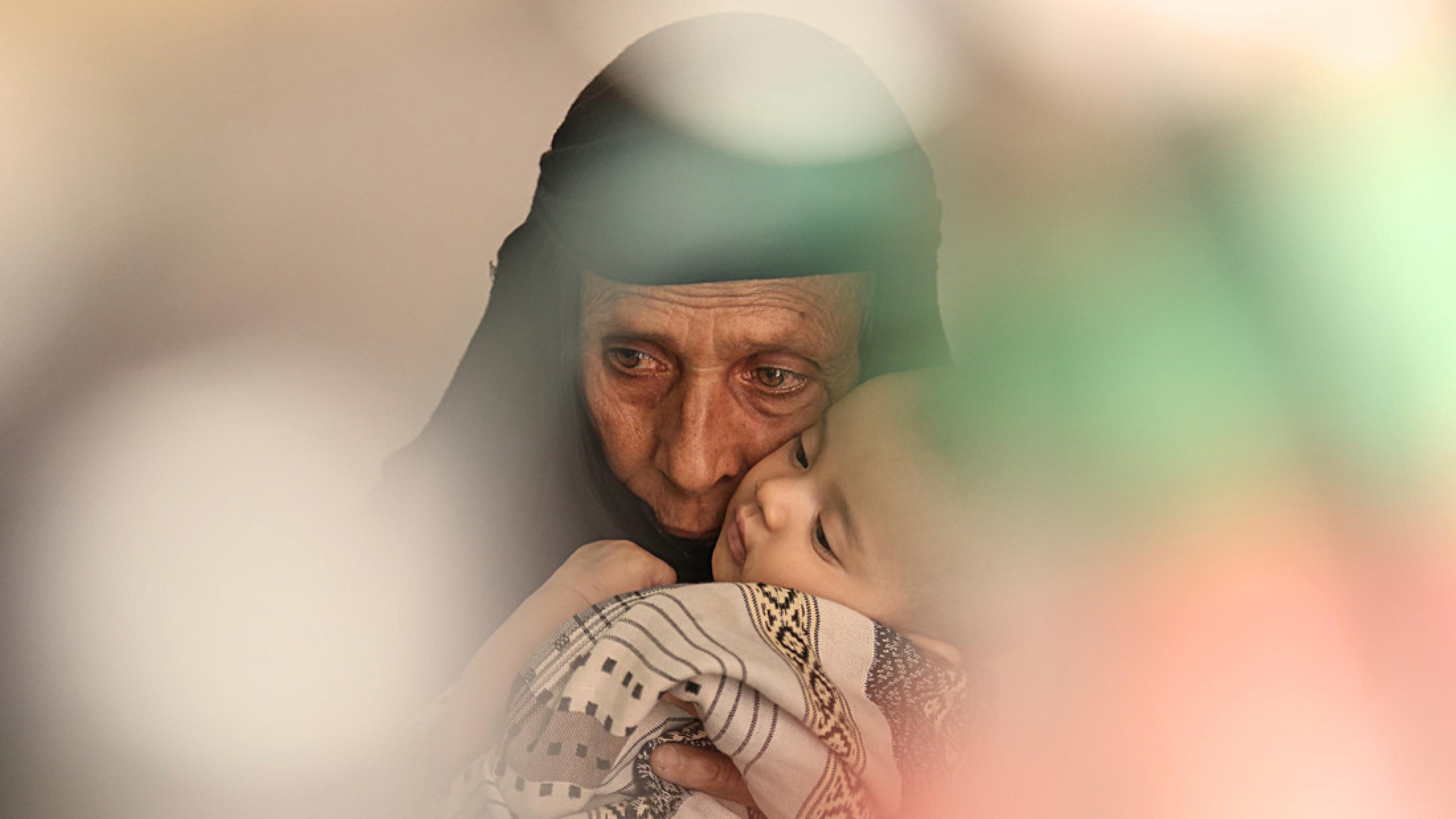 Chulud in den Armen ihrer Großmutter