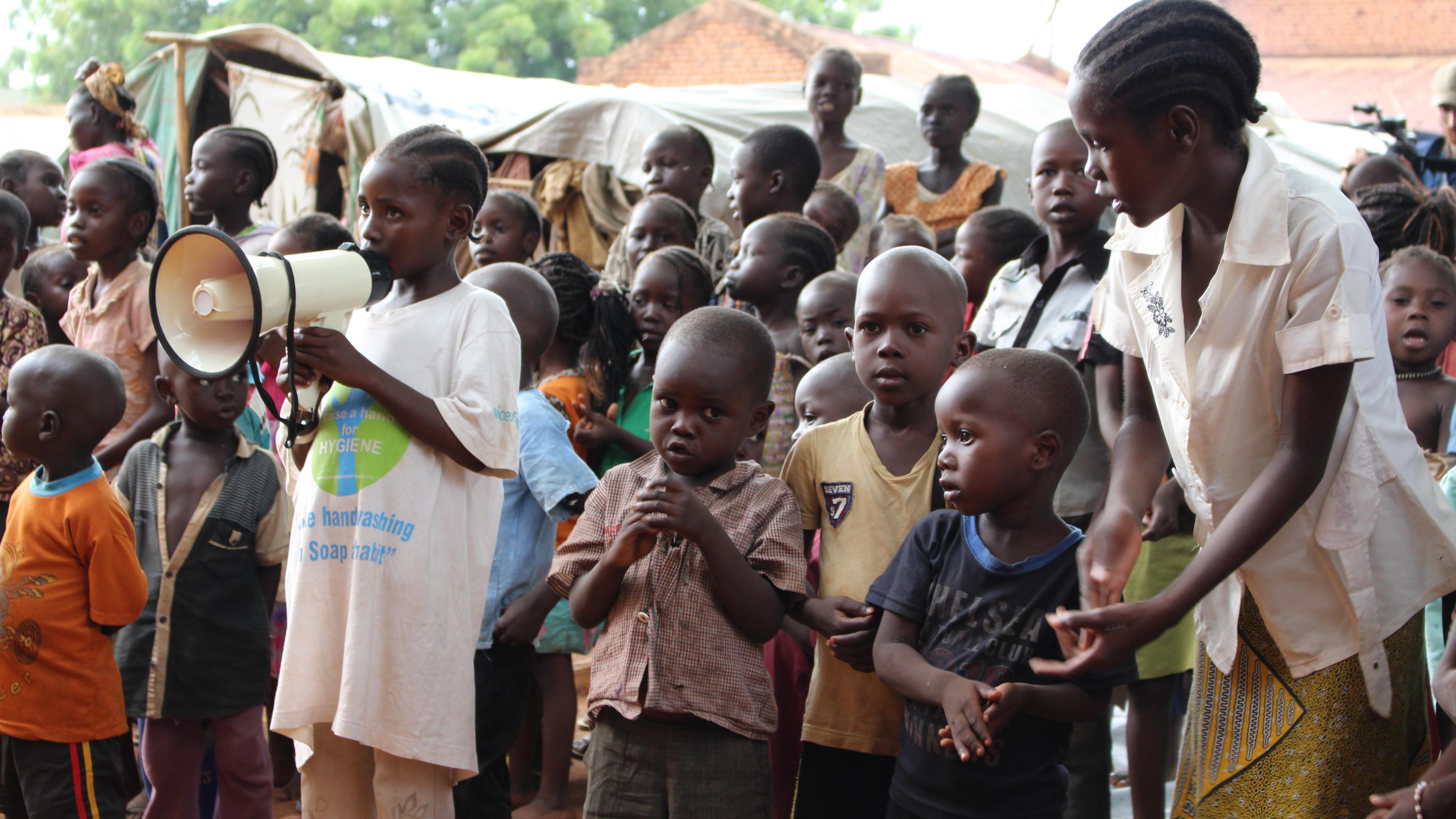 Kinder bei einer Übung zur Hygieneförderung im Lager in der Stadt Wau