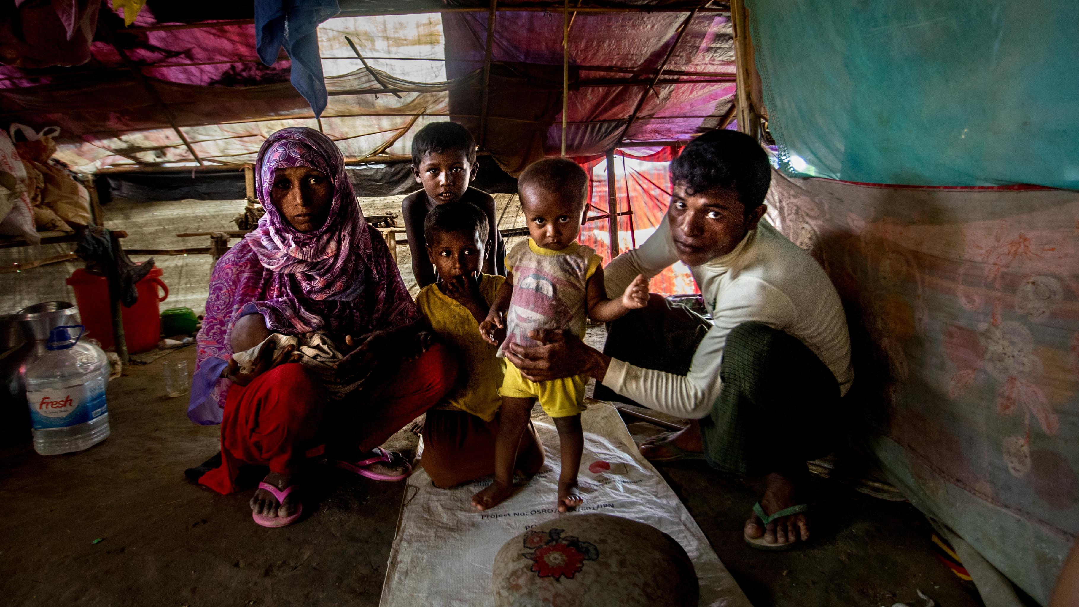 Romida mit Ehemann und Kindern im Shafiullah Ghata Camp in Bangladesch