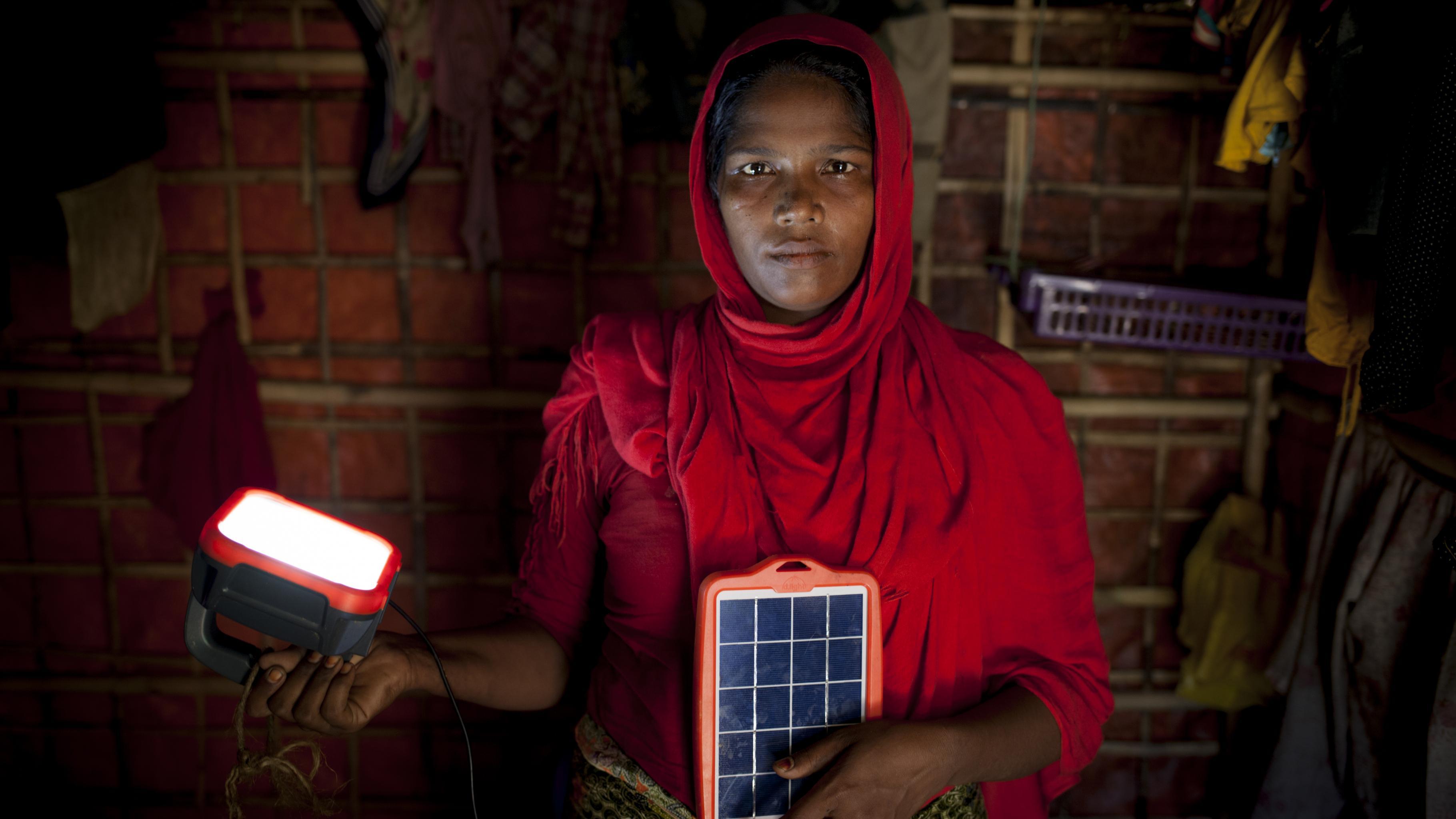Rohingya-Geflüchtete mit Solarleuchte von Oxfam