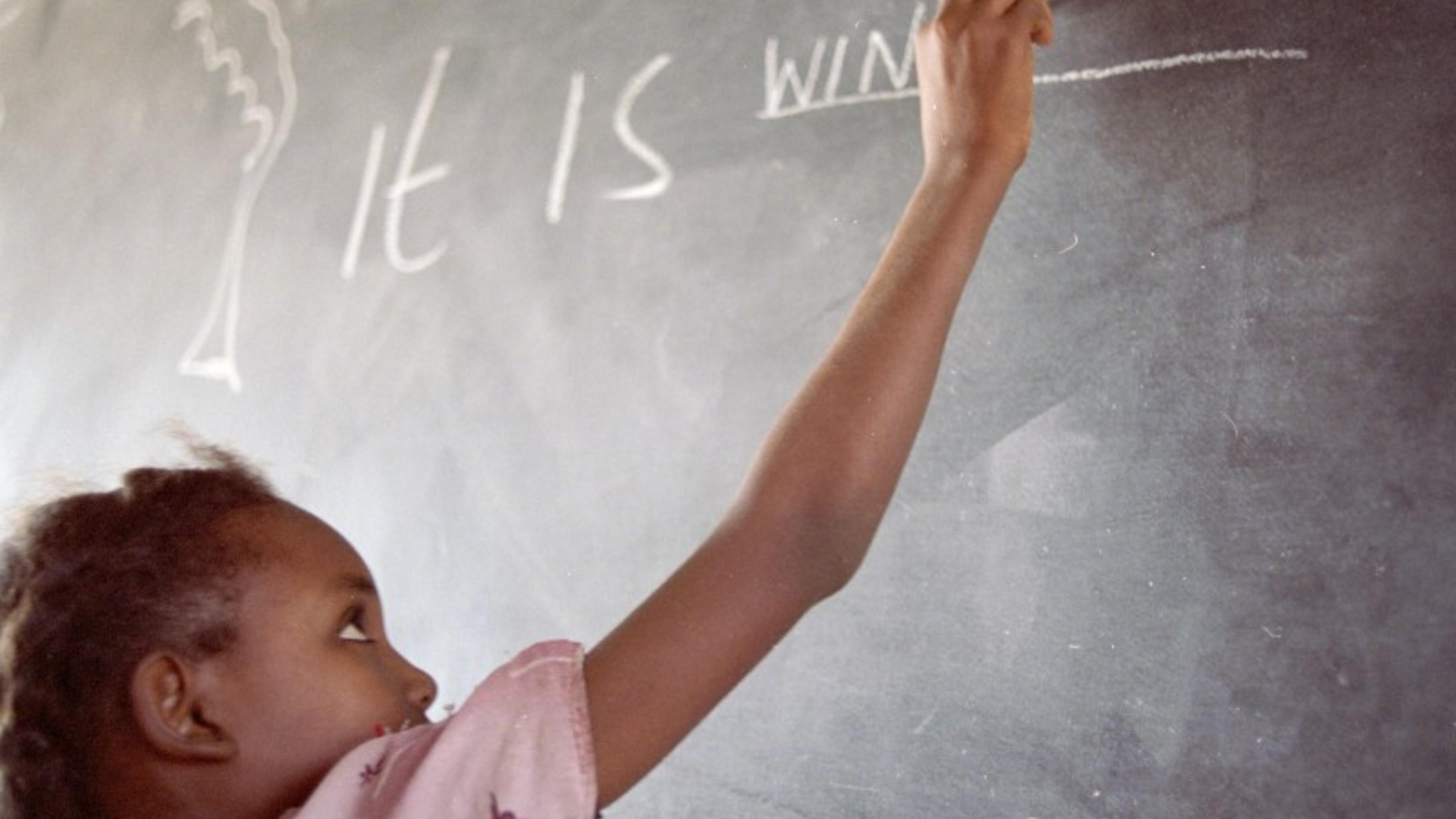 Im Englischunterricht schreibt Pupil auf einer Tafel über das Wetter
