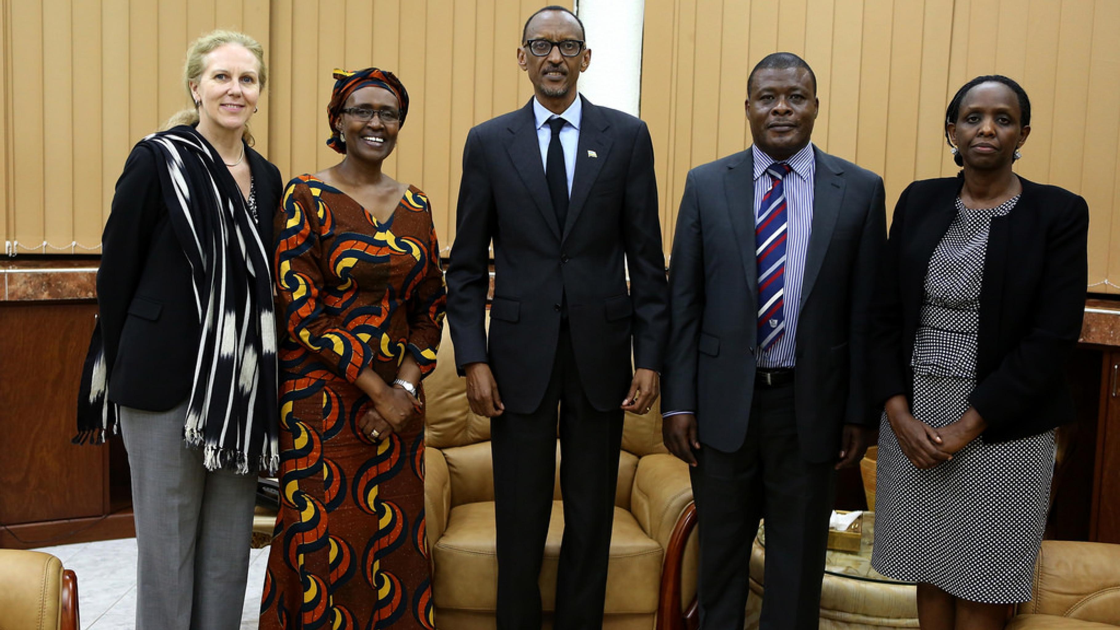 Der ruandische Präsident Paul Kagame im Austausch mit Oxfam