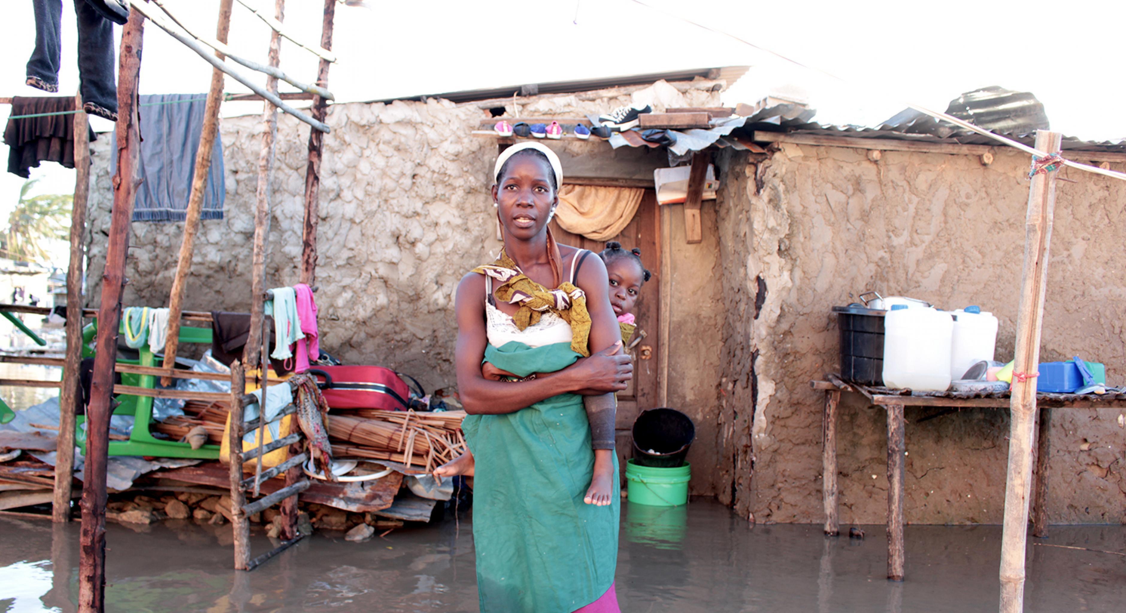 Frau vor ihrem Haus nach dem Zyklon Idai