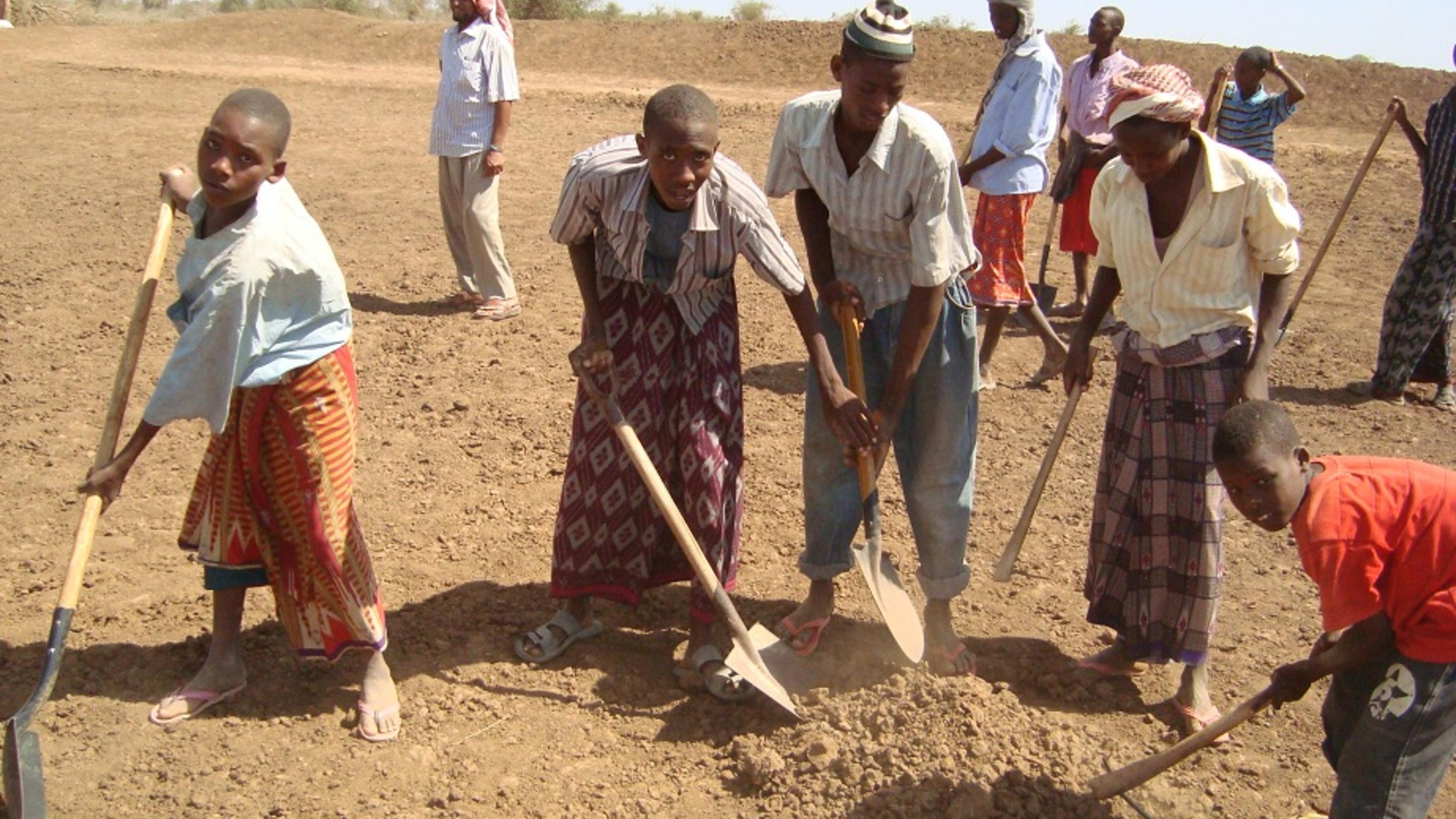 Foto: Ansässige und Flüchtlinge sanieren Bewässerungsgräben in Somalia