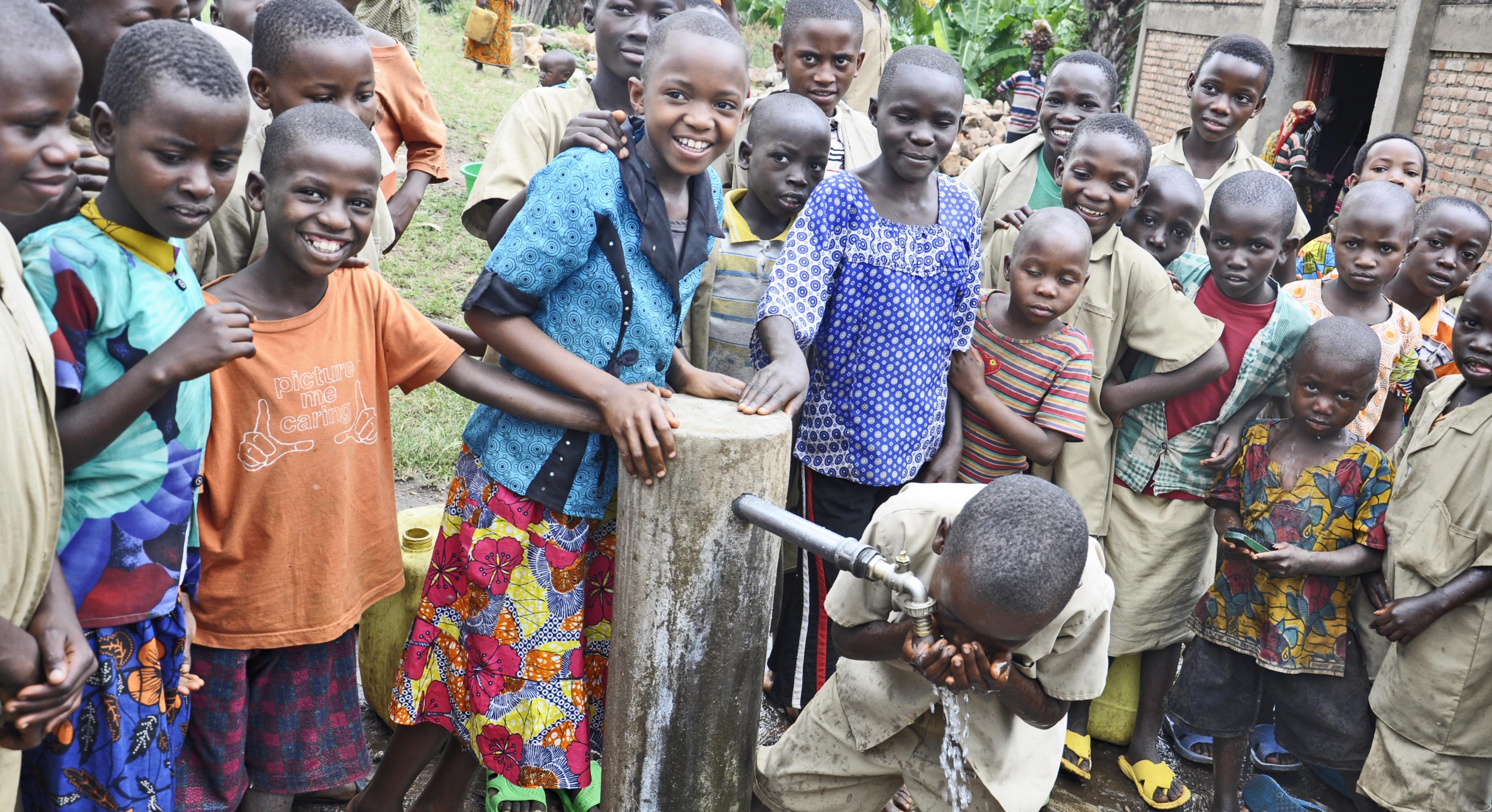 Kinder waschen ihre Hände