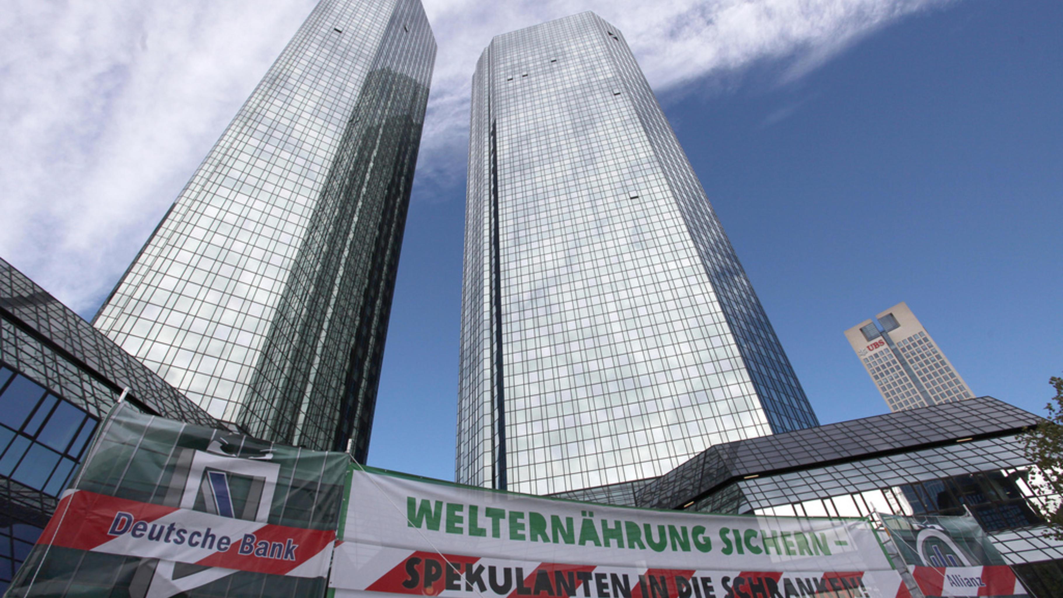 Foto: Demonstration gegen Nahrungsmittelspekulation vor der Deutschen Bank