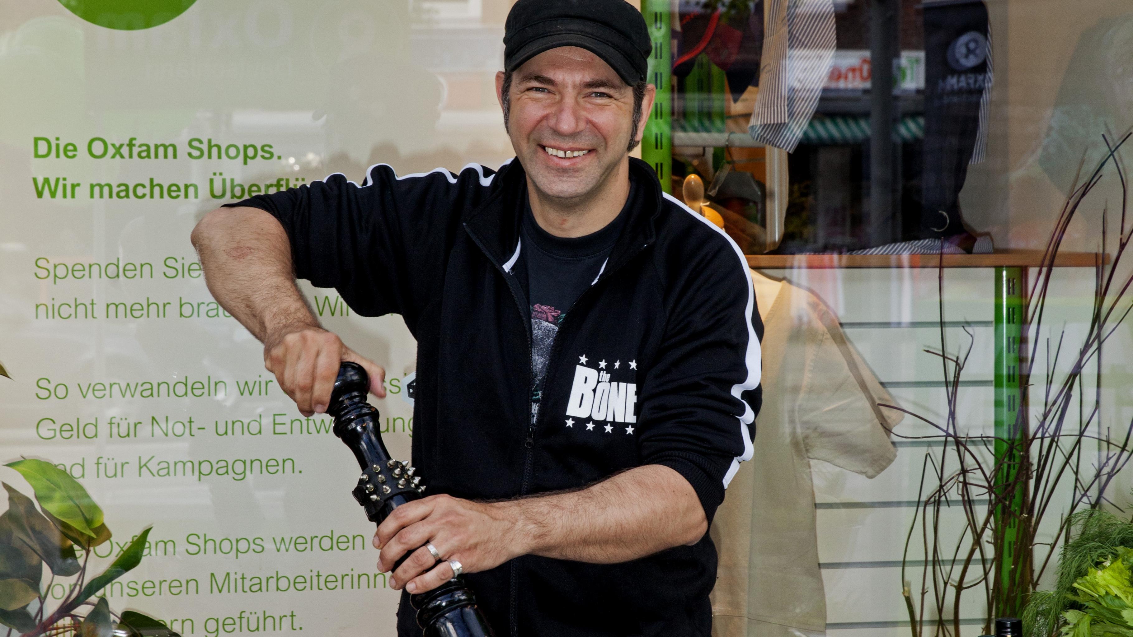 Ole Plogstedt rührt ein Rezept am Oxfam-Stand an.