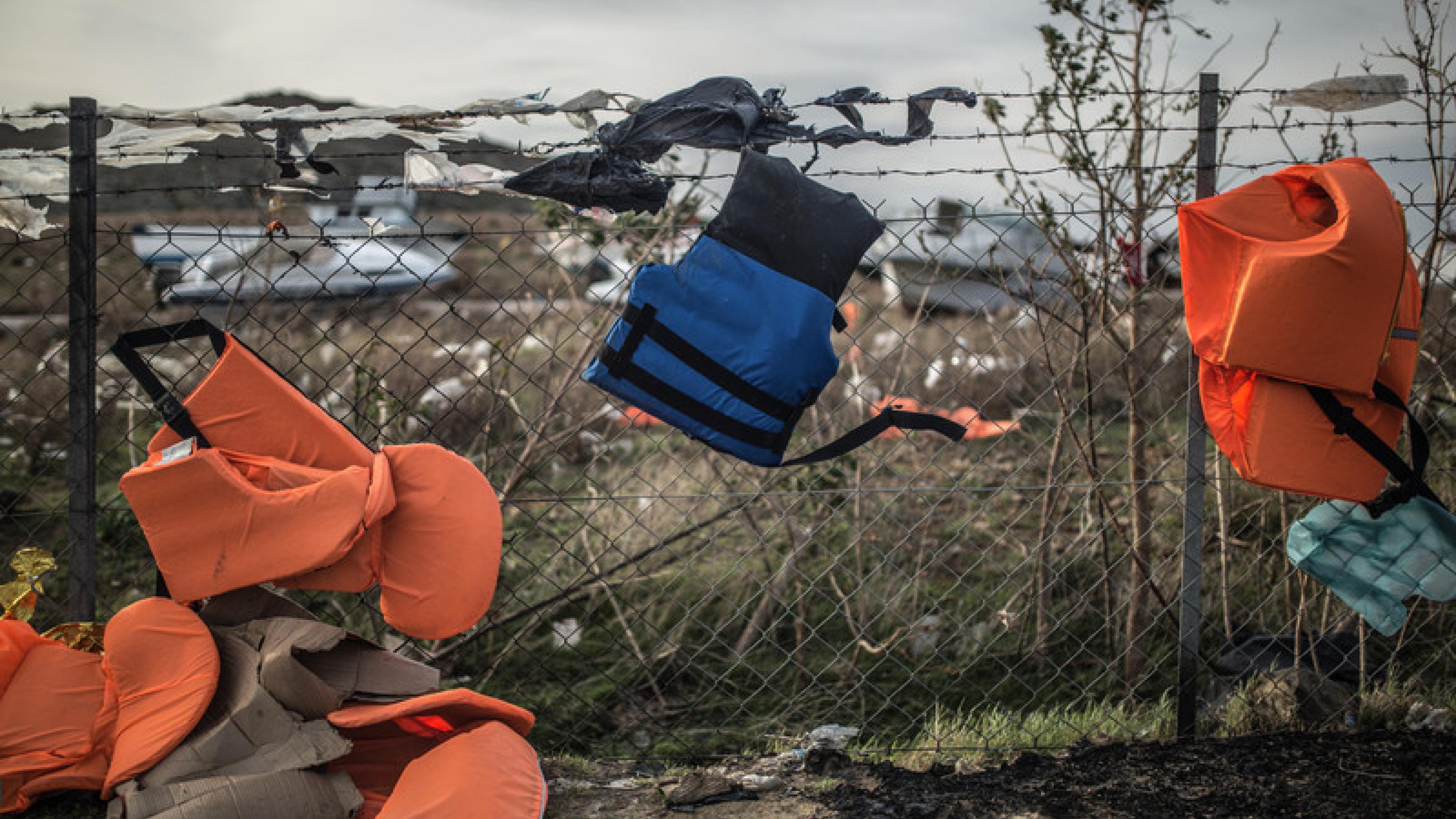 Schwimmwesten auf einer Mülldeponie auf Lesbos in Griechenland