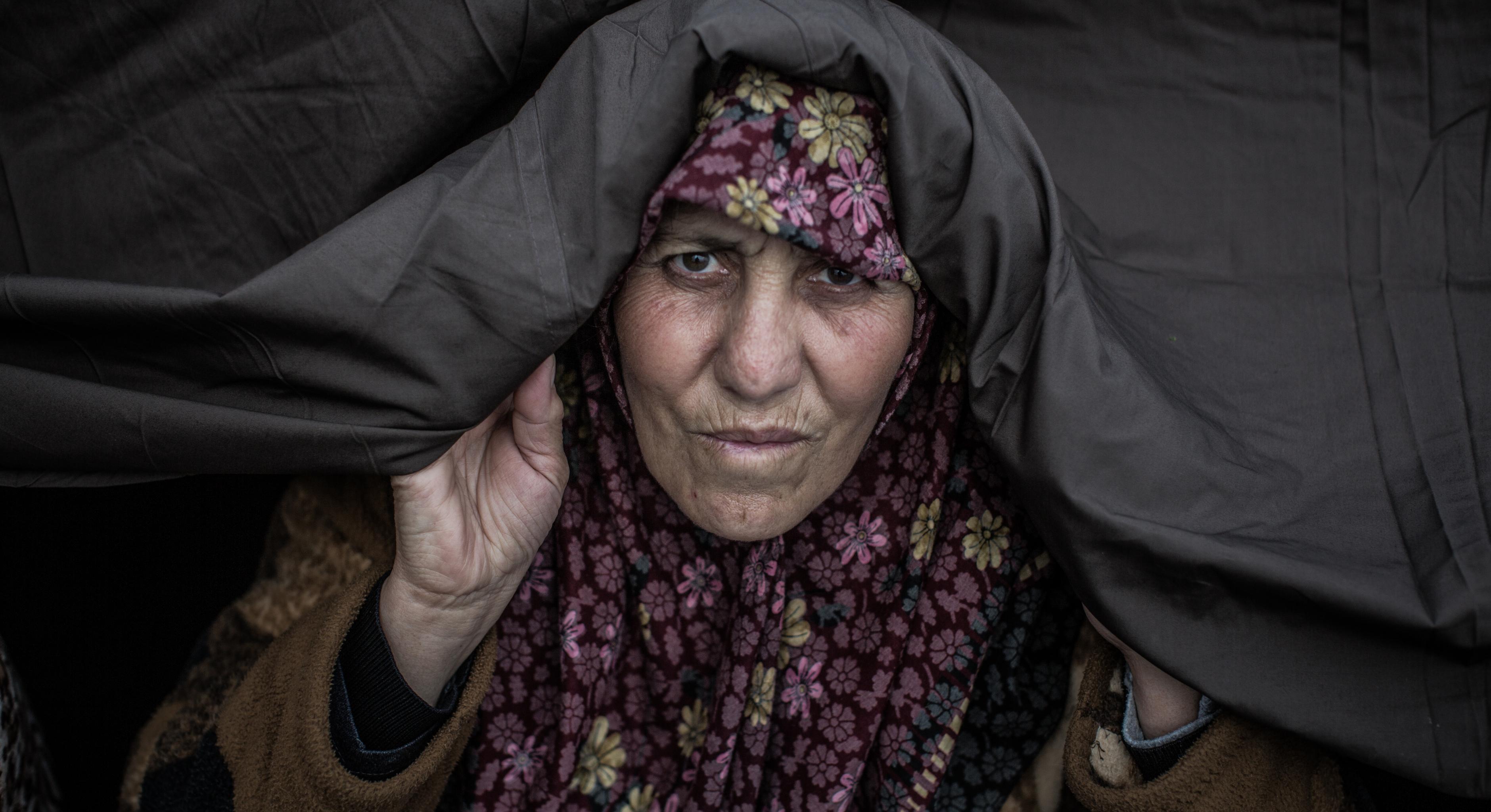 Eine Frau blickt entschlossen in die Kamera