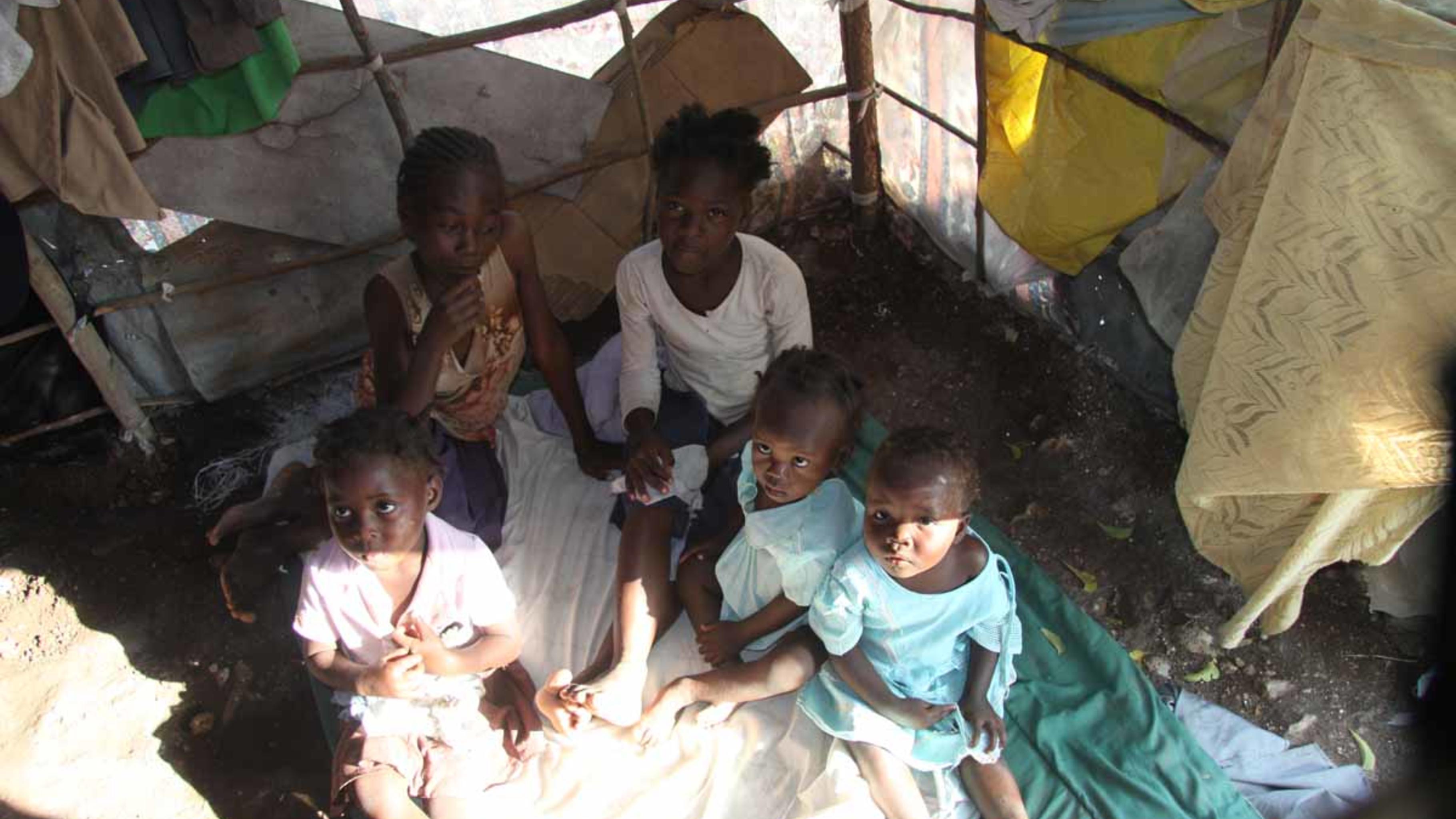 Foto: Familie in ihrem Zelt