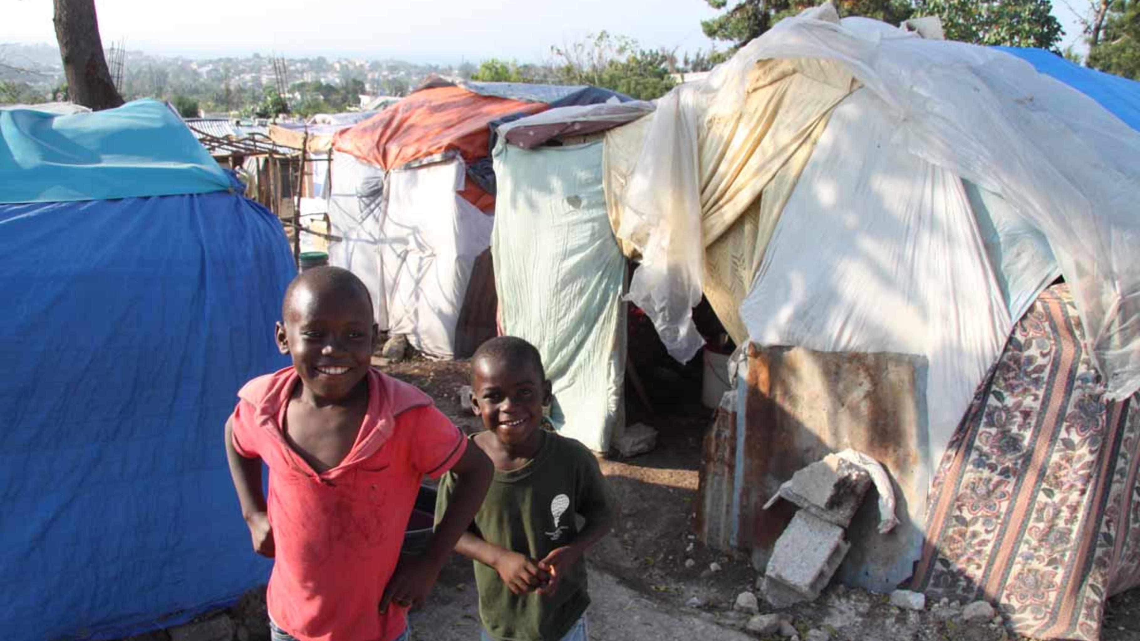 Foto: Jungen in einem kleinen Notcamp in Delmas, Port-au-Prince
