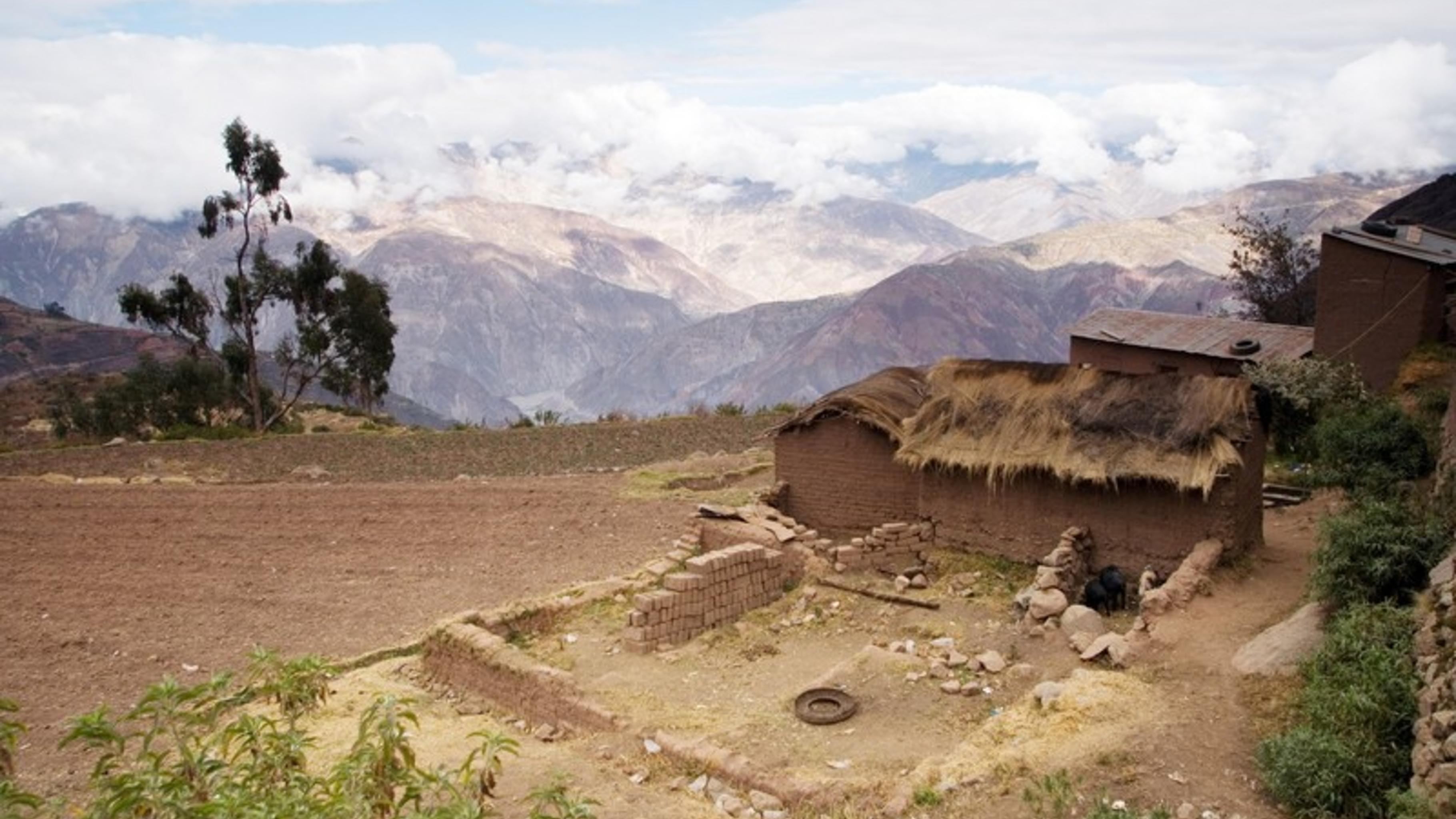 Das Dorf Khapi im Schatten des Illimani-Gletschers.