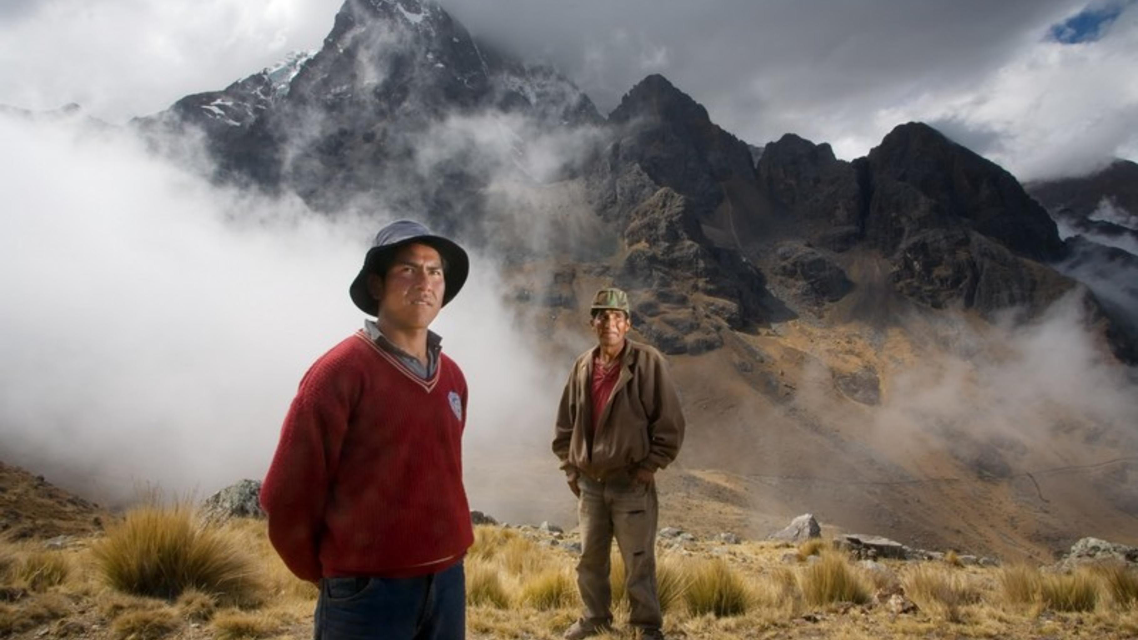Bewohner Khapis vor dem schmelzenden Illimani-Gletscher.