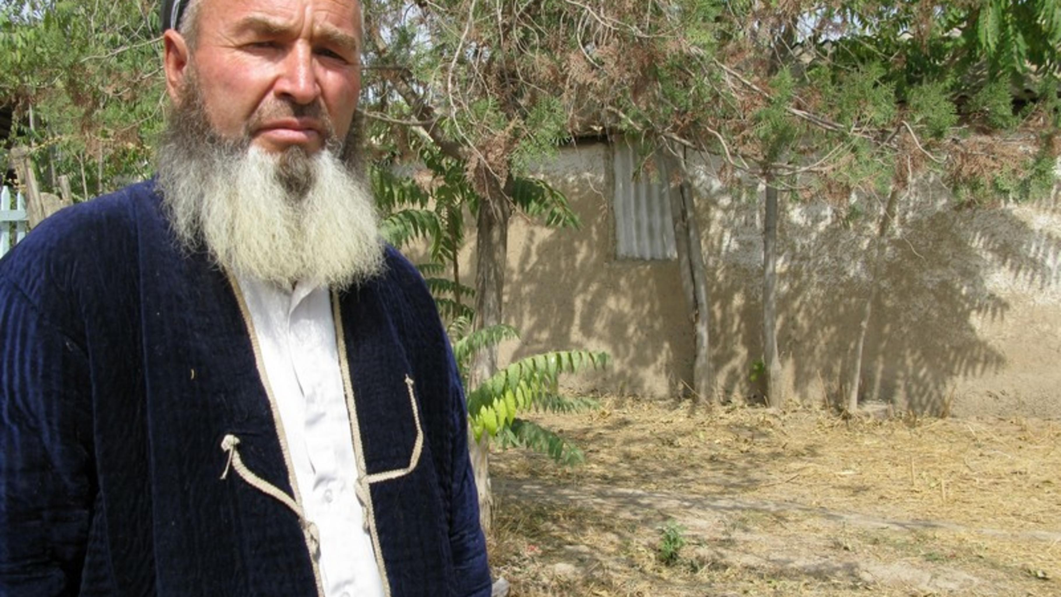 Shovaliev Nurali, ein Bauer aus dem Dorf Hansanbek im Distrikt Temurmalik.