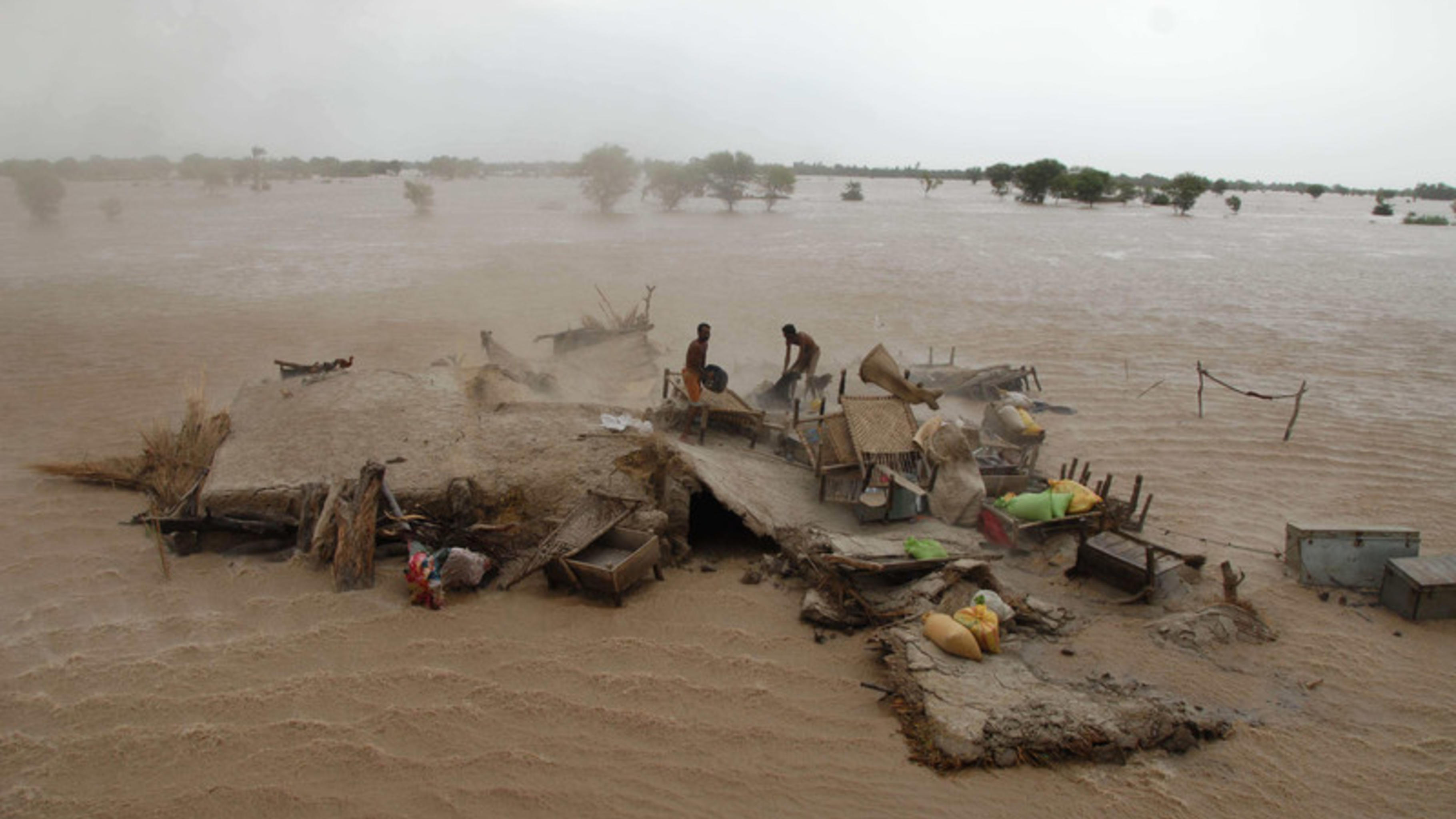 Foto: Menschen warten auf ihre Evakuierung aus den überfluteten Gebieten