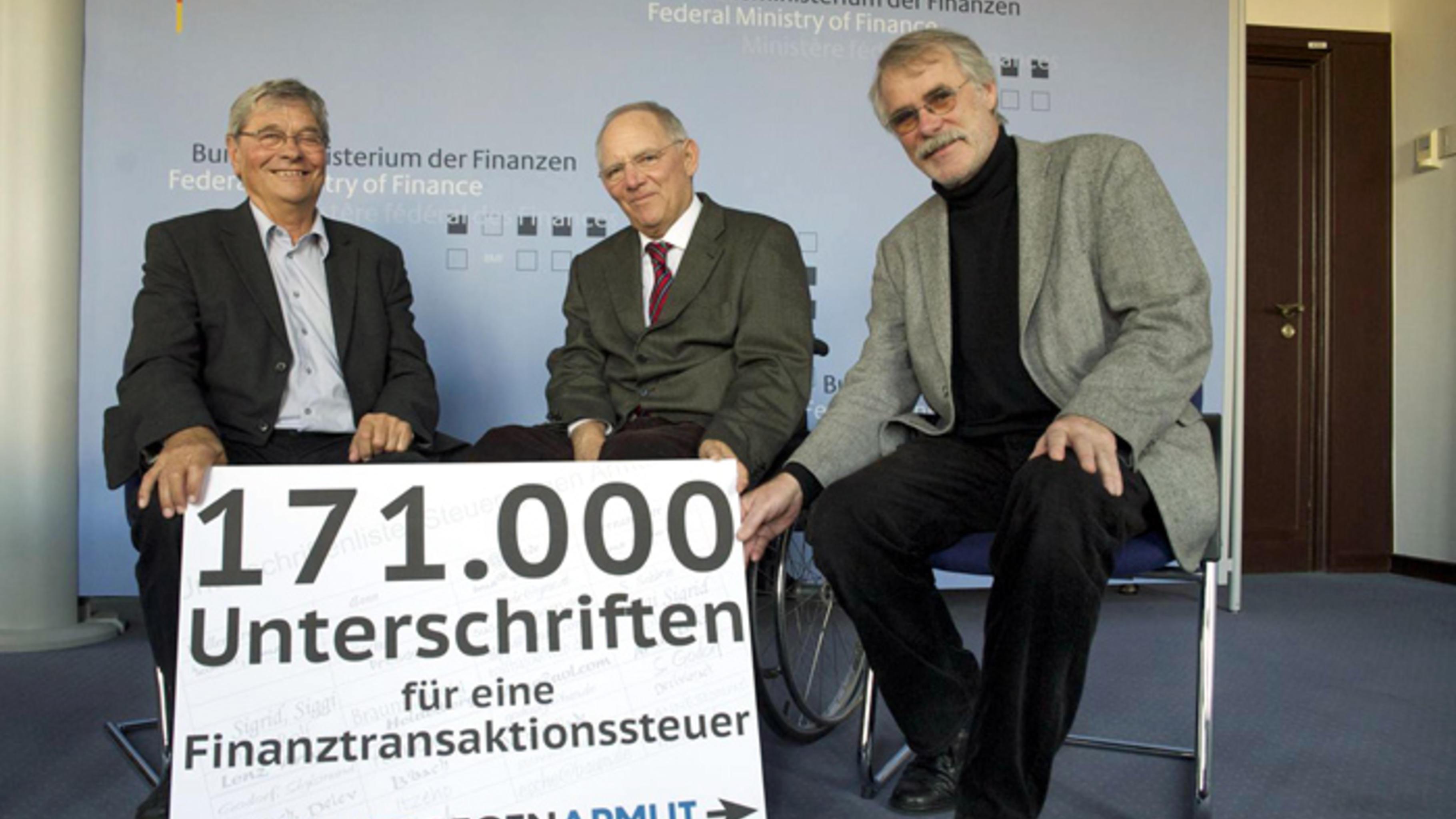 Symbolisch für 171.000 gesammelte Unterschriften überreichten Paul Bendix und De