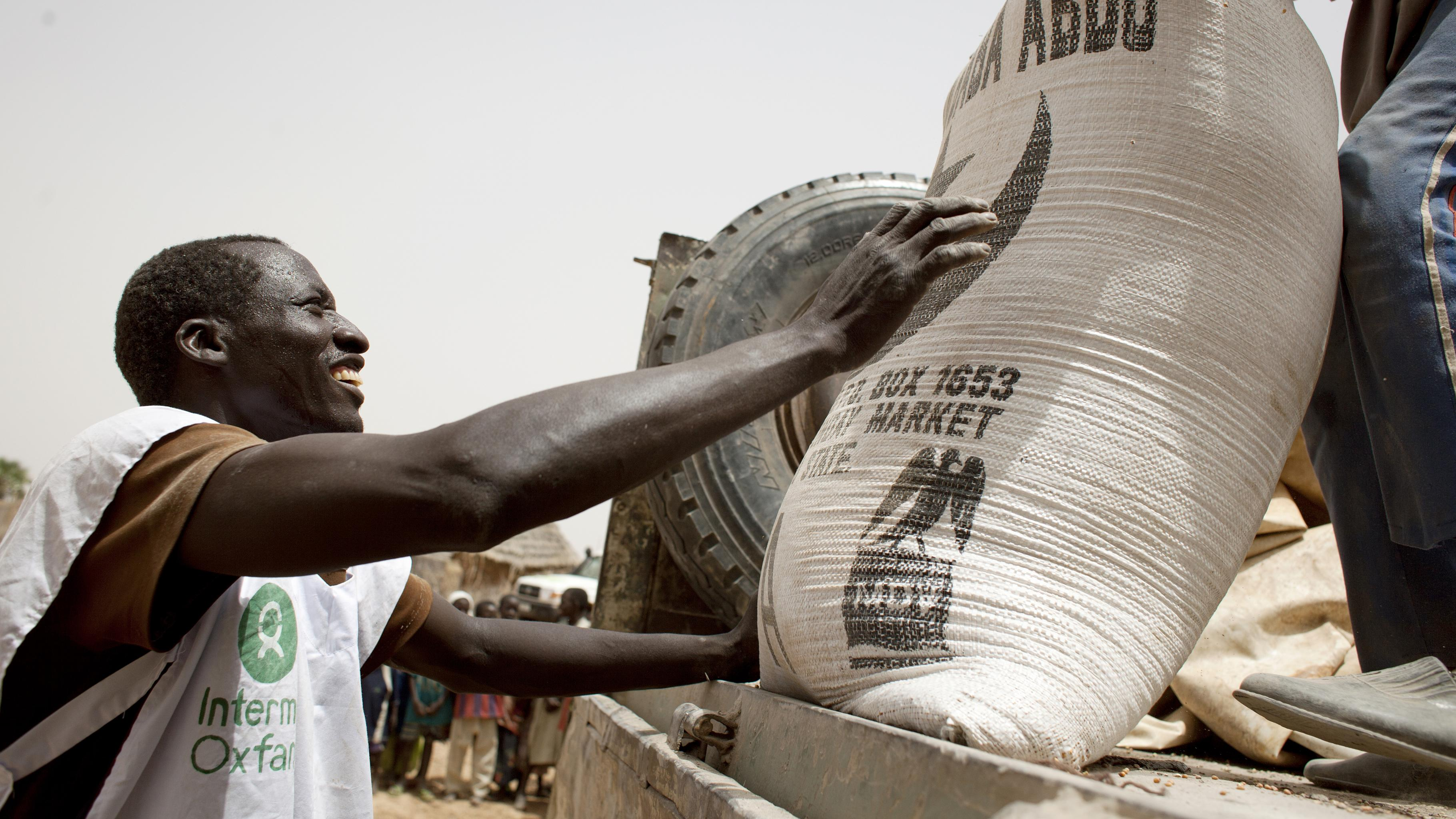 Oxfam versorgt die Menschen mit dem Nötigsten: Mit Nahrungsmitteln, sauberem Trinkwasser, einer angemessenen Sanitärversorgung sowie Basis-Hygieneprodukten und Material zur mittelfristigen Sicherung der Lebensgrundlagen.