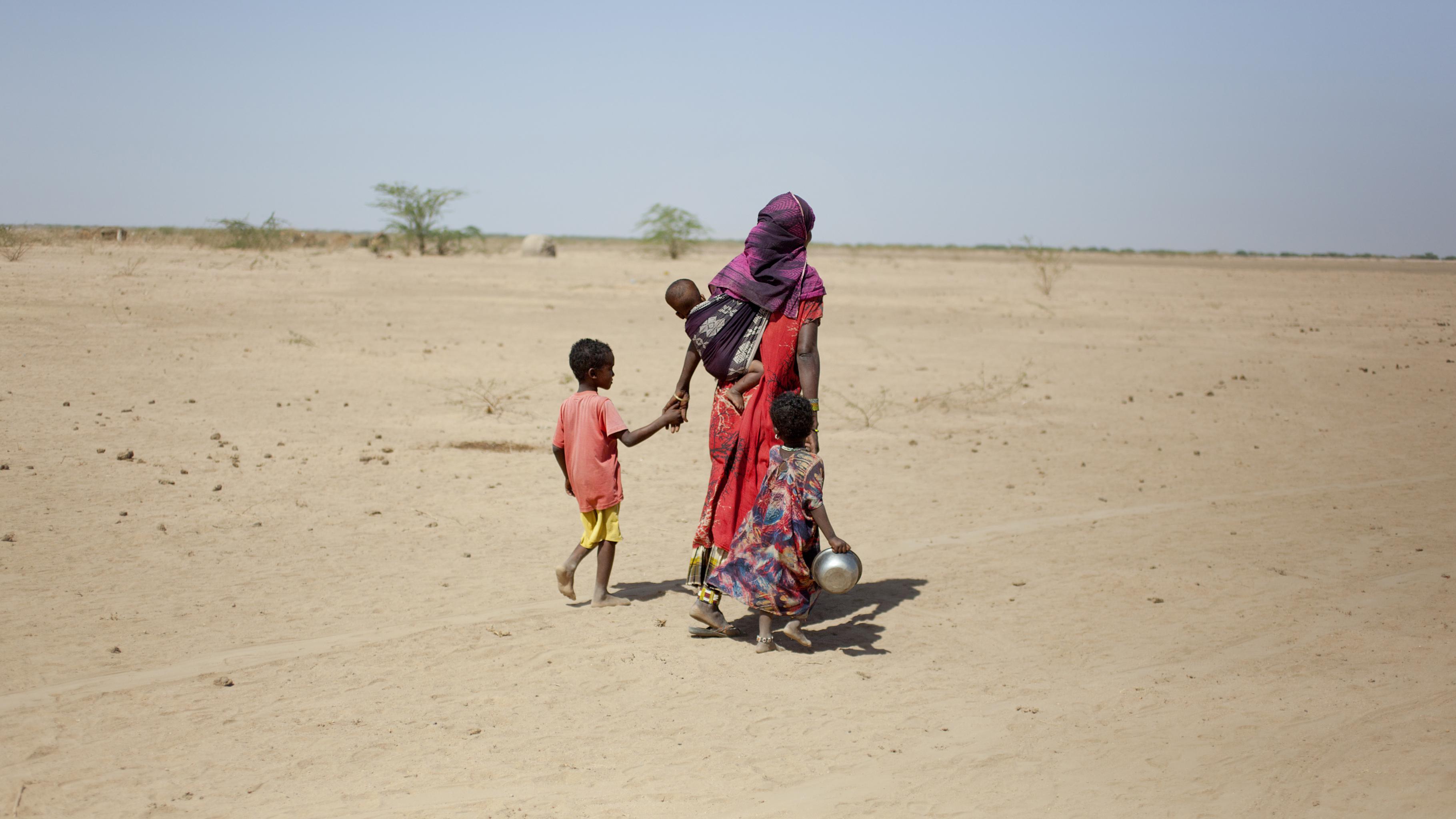 Fathima läuft mit ihren Kindern an der Hand
