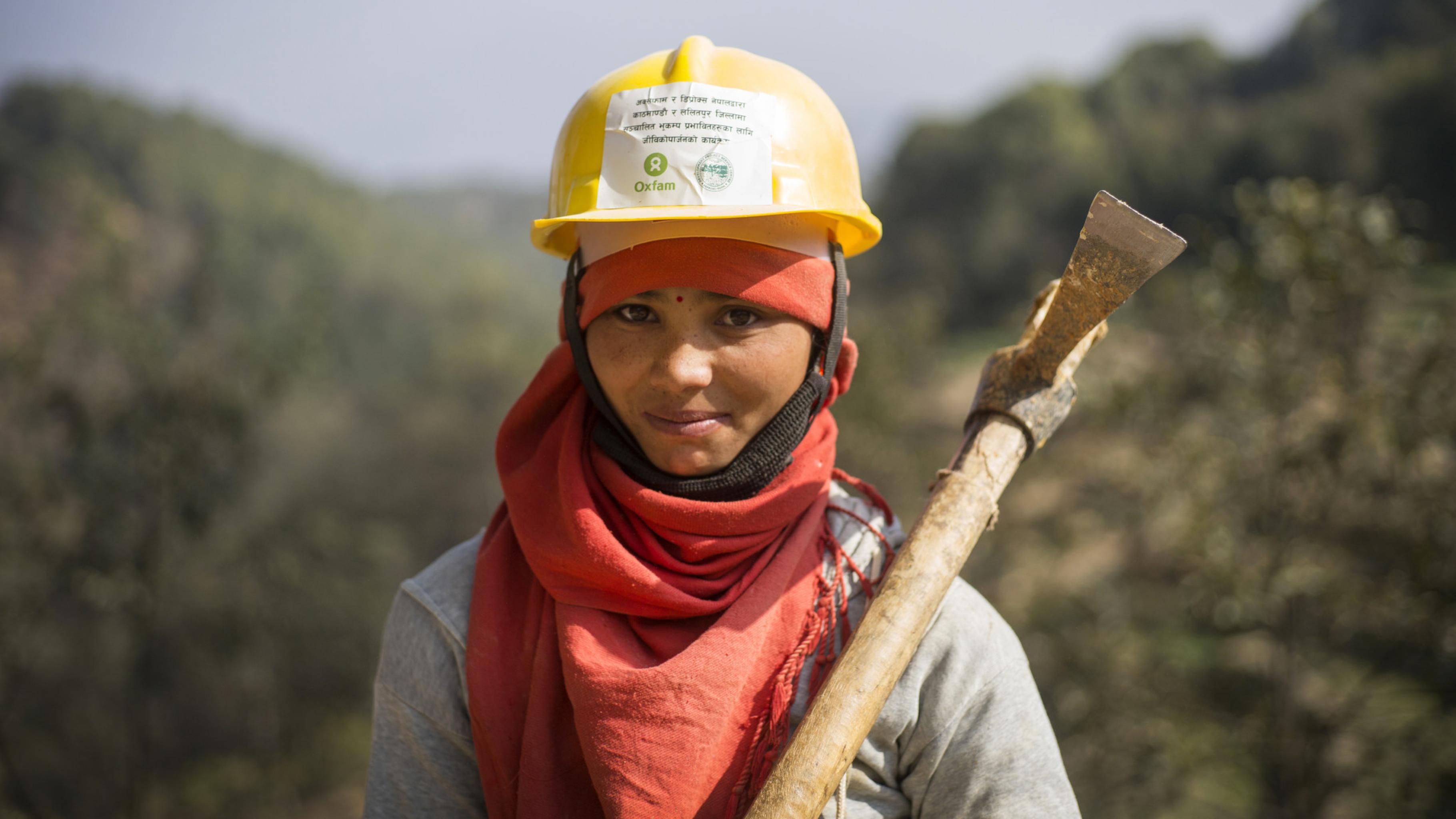 Eine Frau in Nepal mit einer Spitzhacke