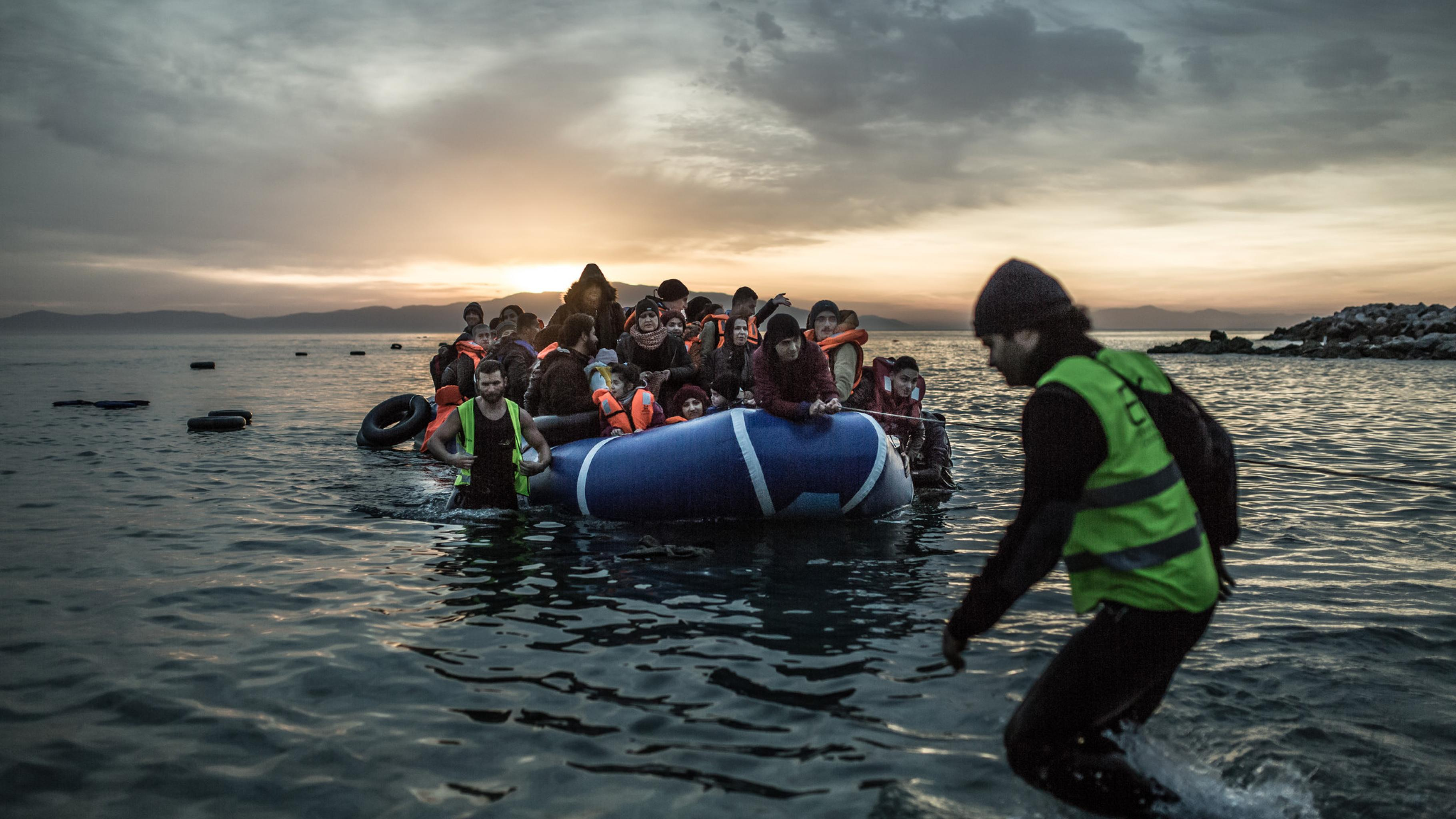 Geflüchtete kommen mit einem Schlauchboot in Griechenland, Lesbos, an