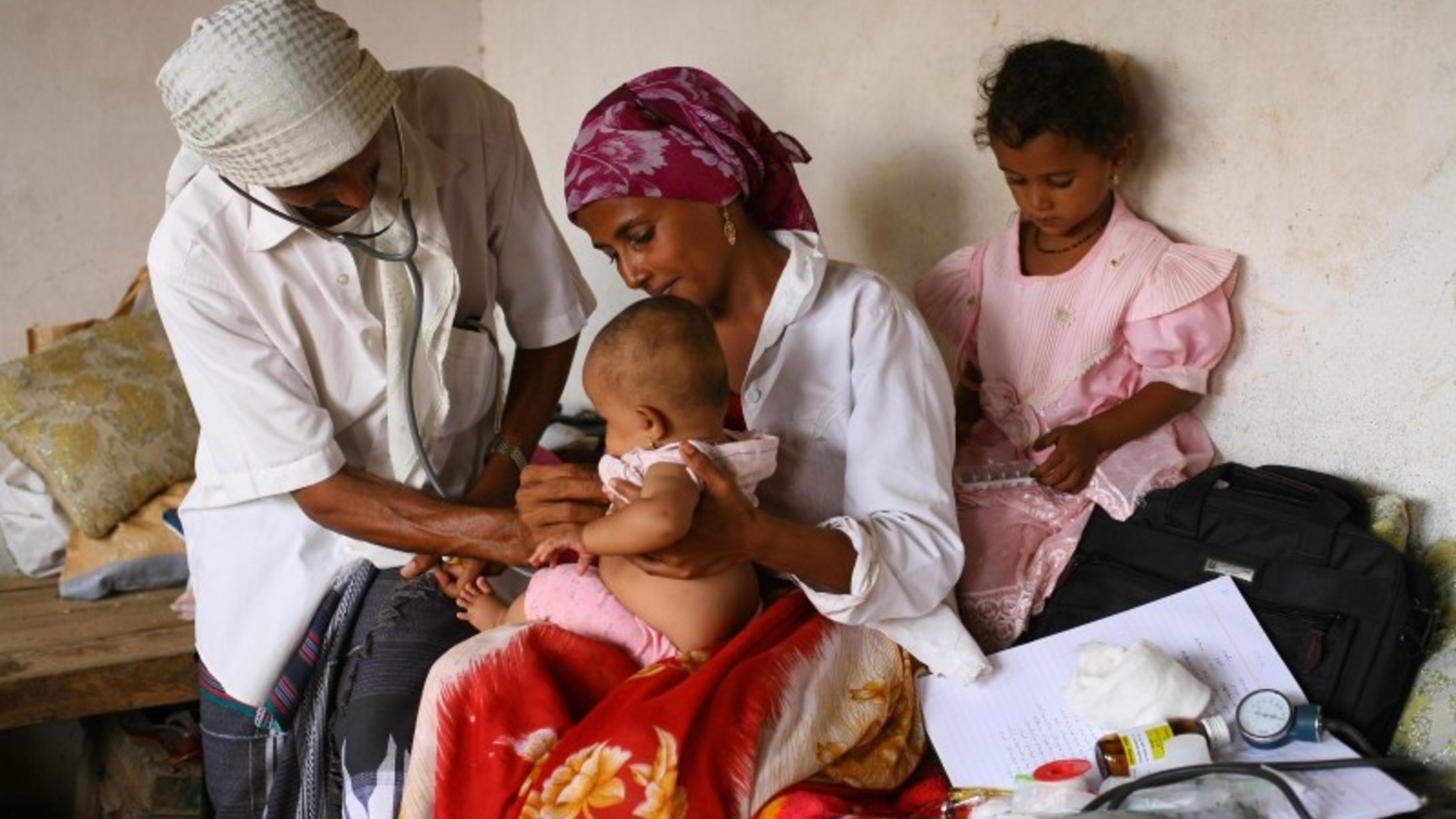 Foto: Ärztin in Yemen behandelt krankes Kind