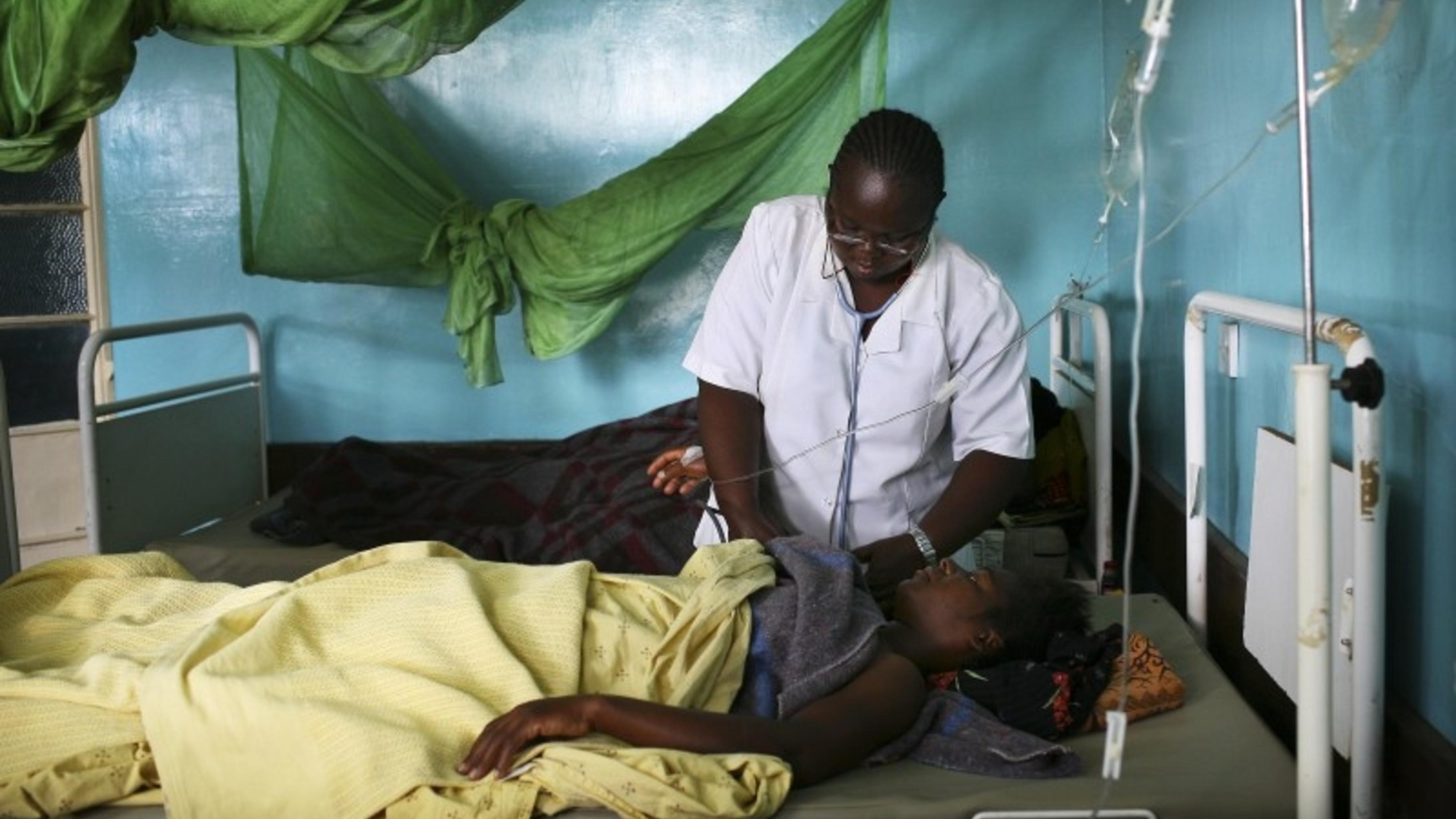 Foto: Krankenpflegerin mißt den Blutdruck einer Patientin