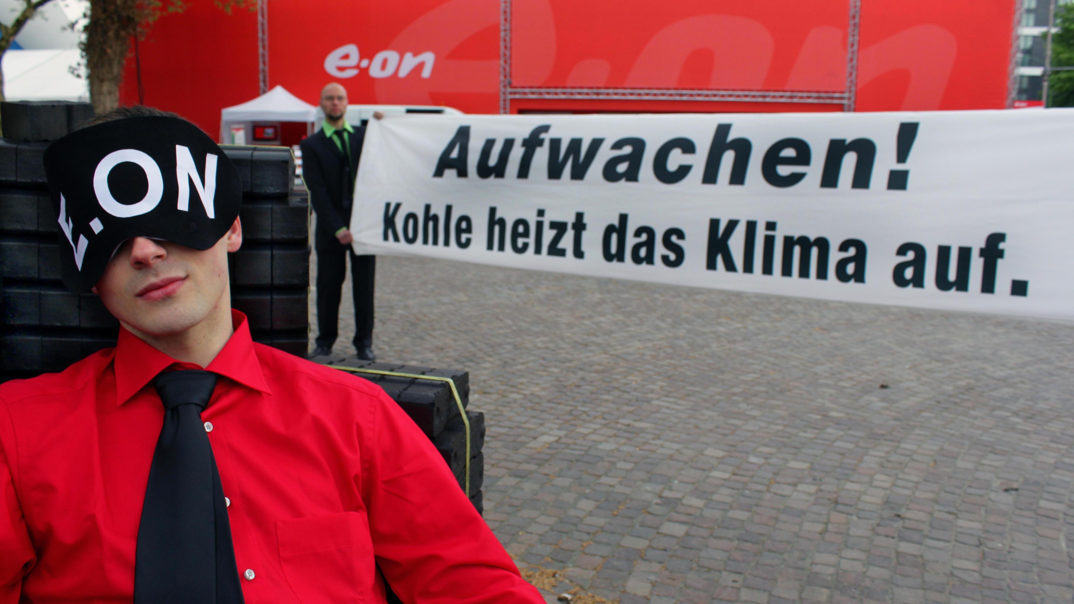Foto: Medienstunt bei der E.ON Hauptversammlung.