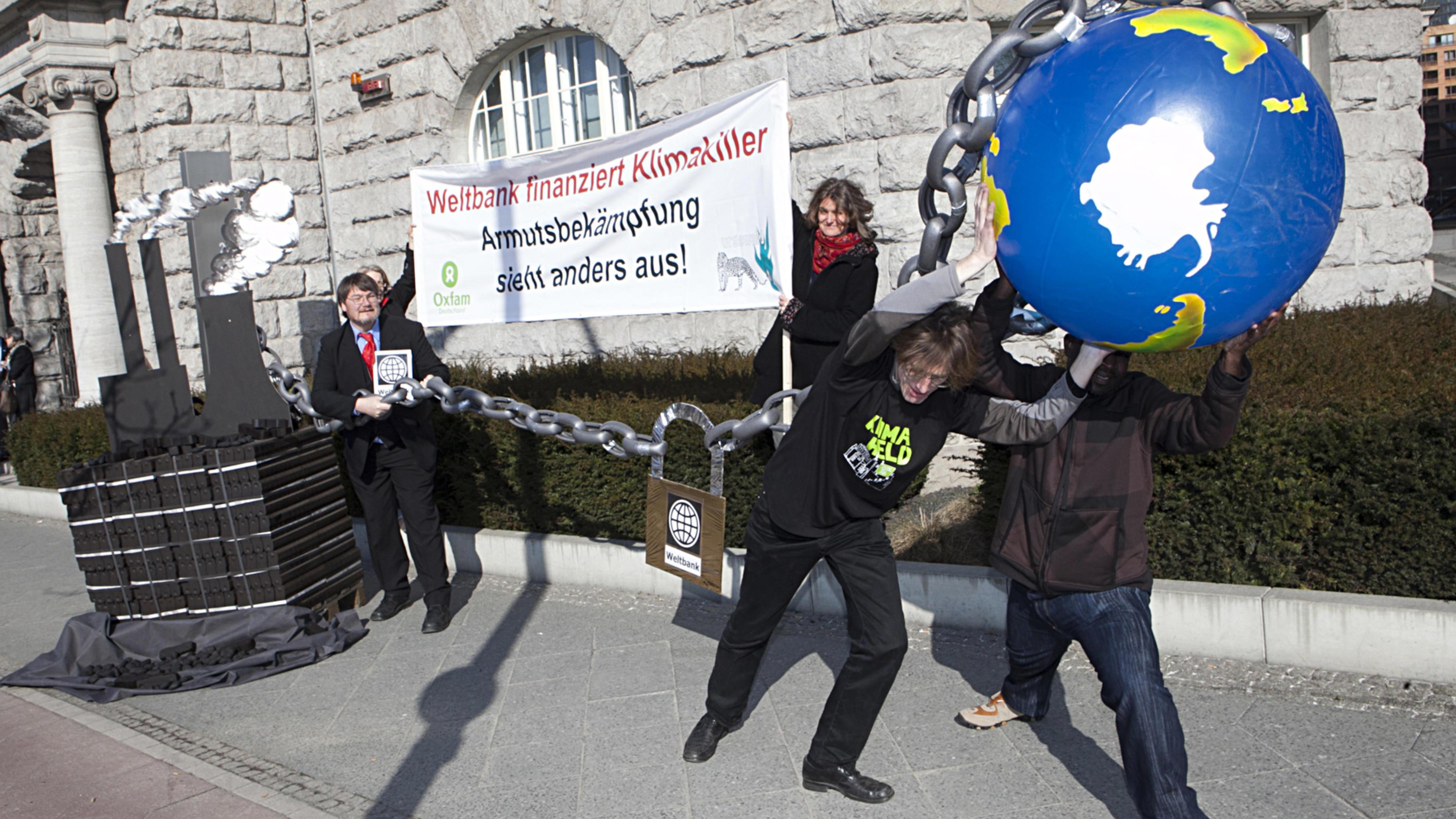 """Fotostunt """"Weltbank finanziert Klimakiller"""", Berlin, 01.03.2011"""