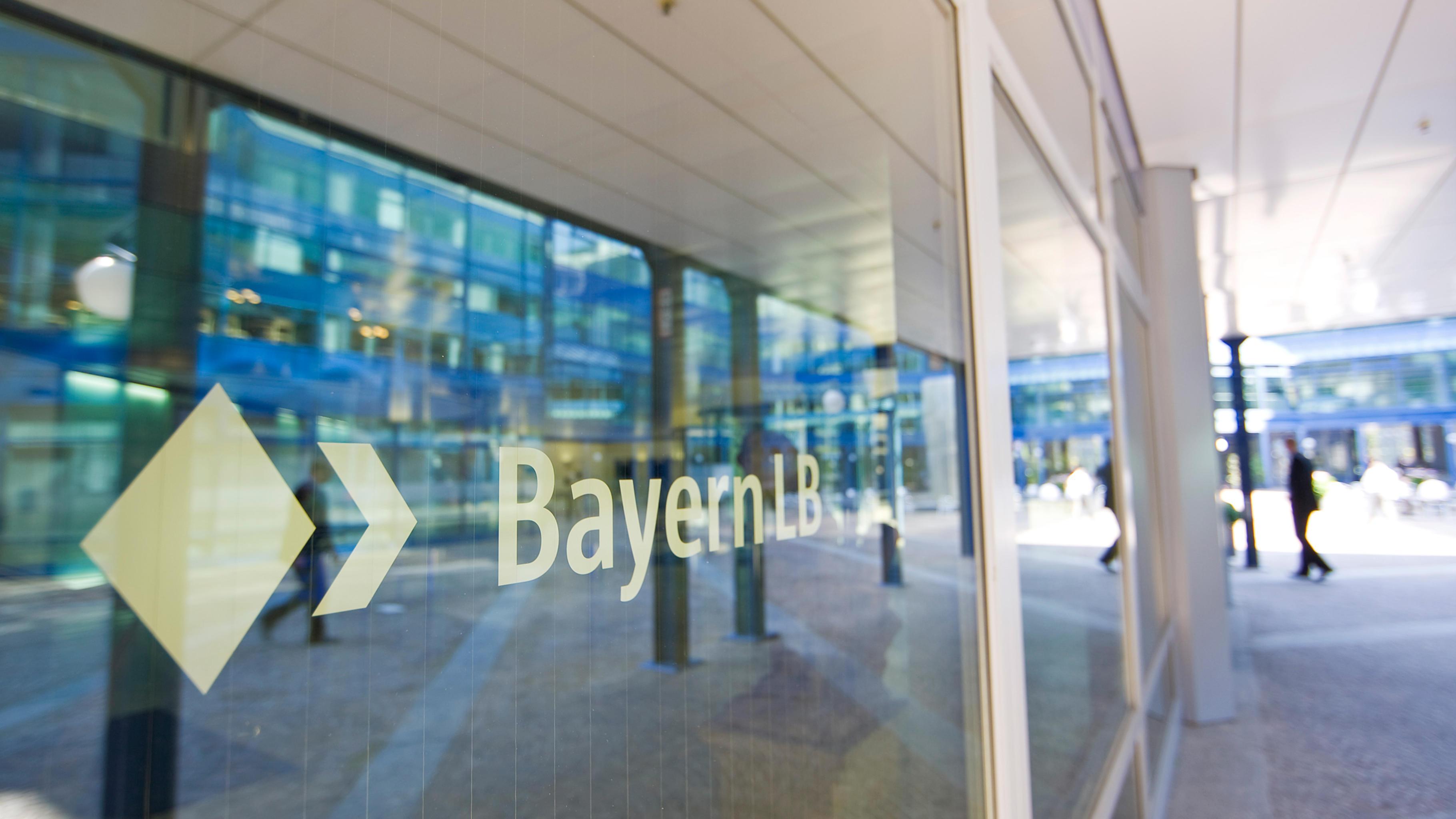 Glasfront mit Logo der BayernLB