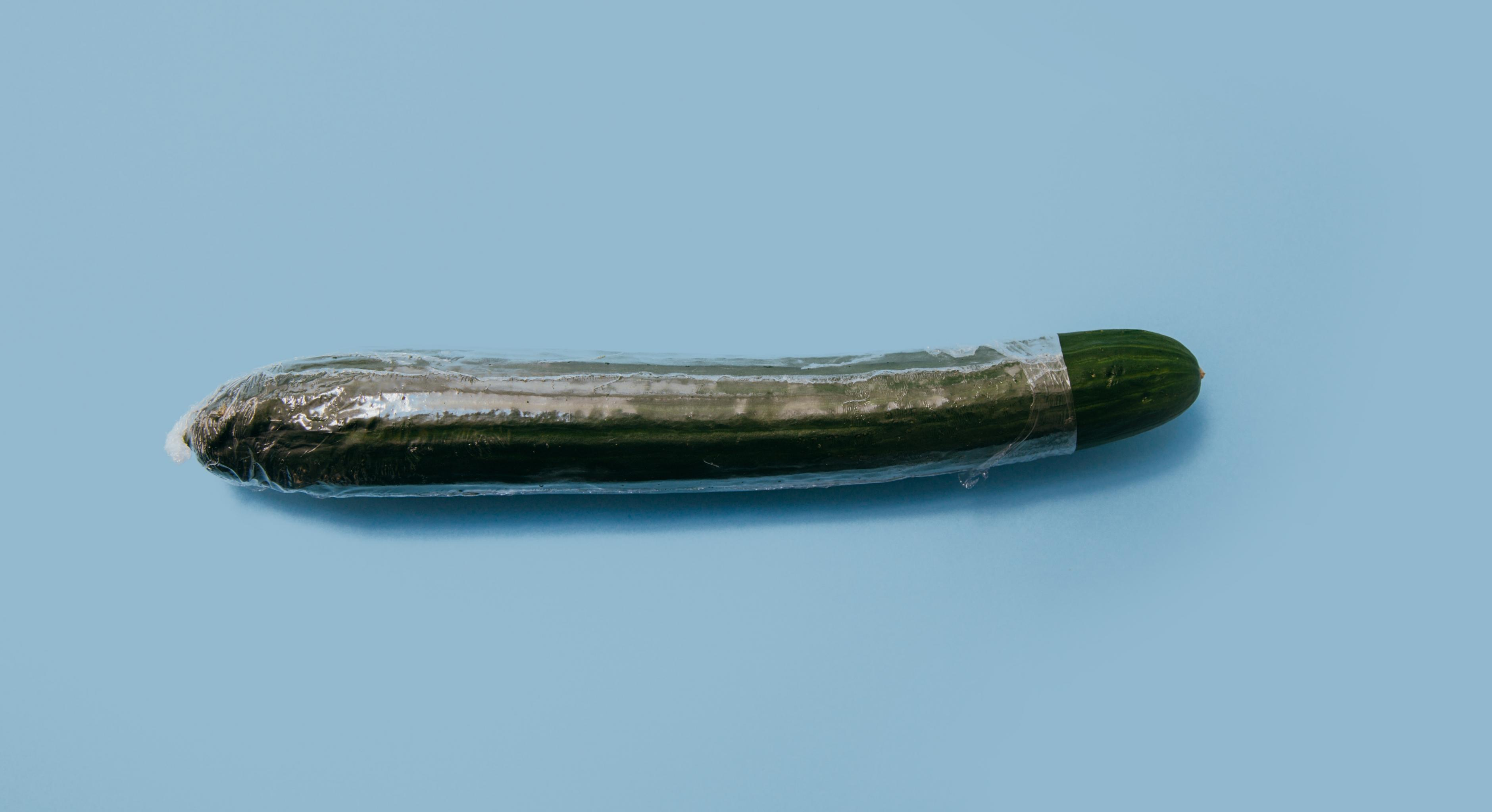 Eine von Plastikfolie fast vollständig bedeckte Gurke
