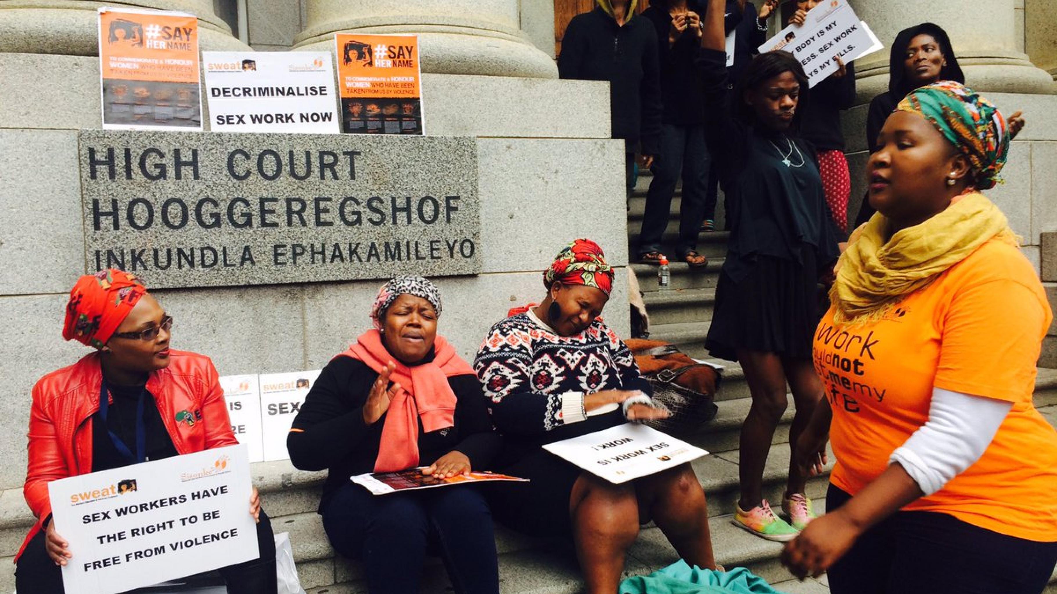 Frauen setzten sich mit Transparenten vor einem Gericht für die Legalisierung von Sexarbeit ein