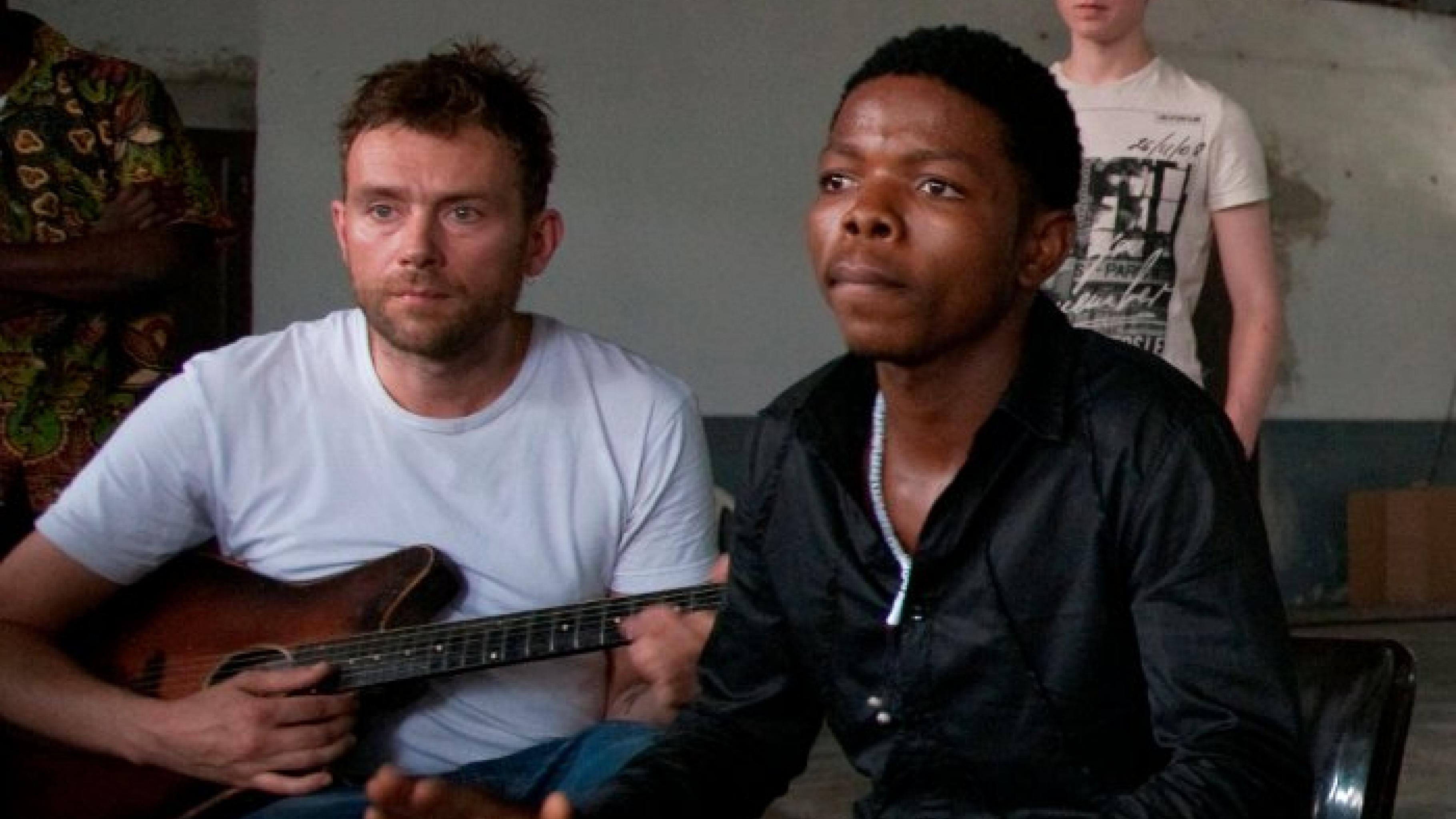 Damon Albarn (li.) bei Aufnahmen in Kinshasa