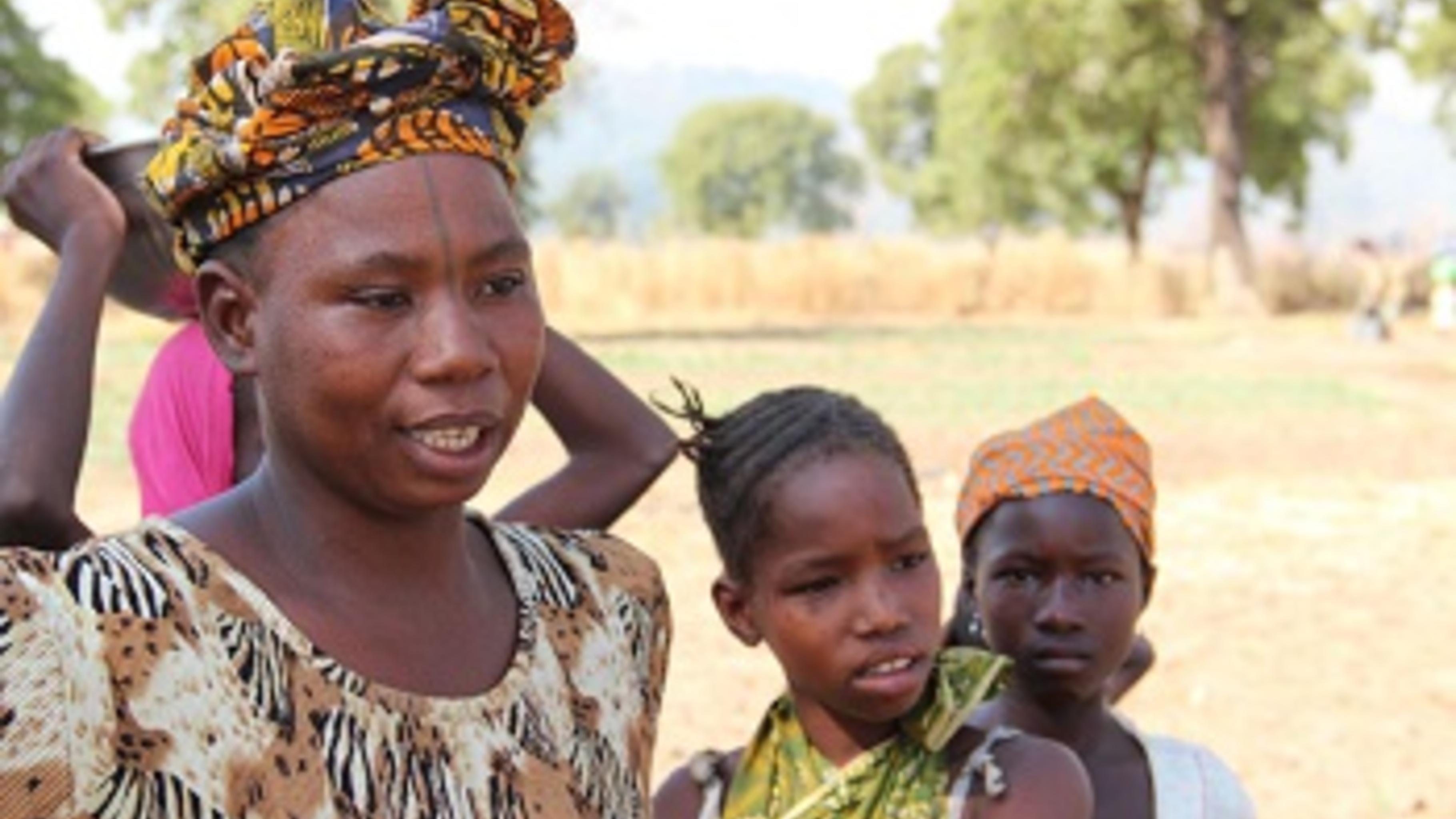 Djeneba Bassidougou genießt ihren Garten mit den Kindern. © Svenja Koch/Oxfam
