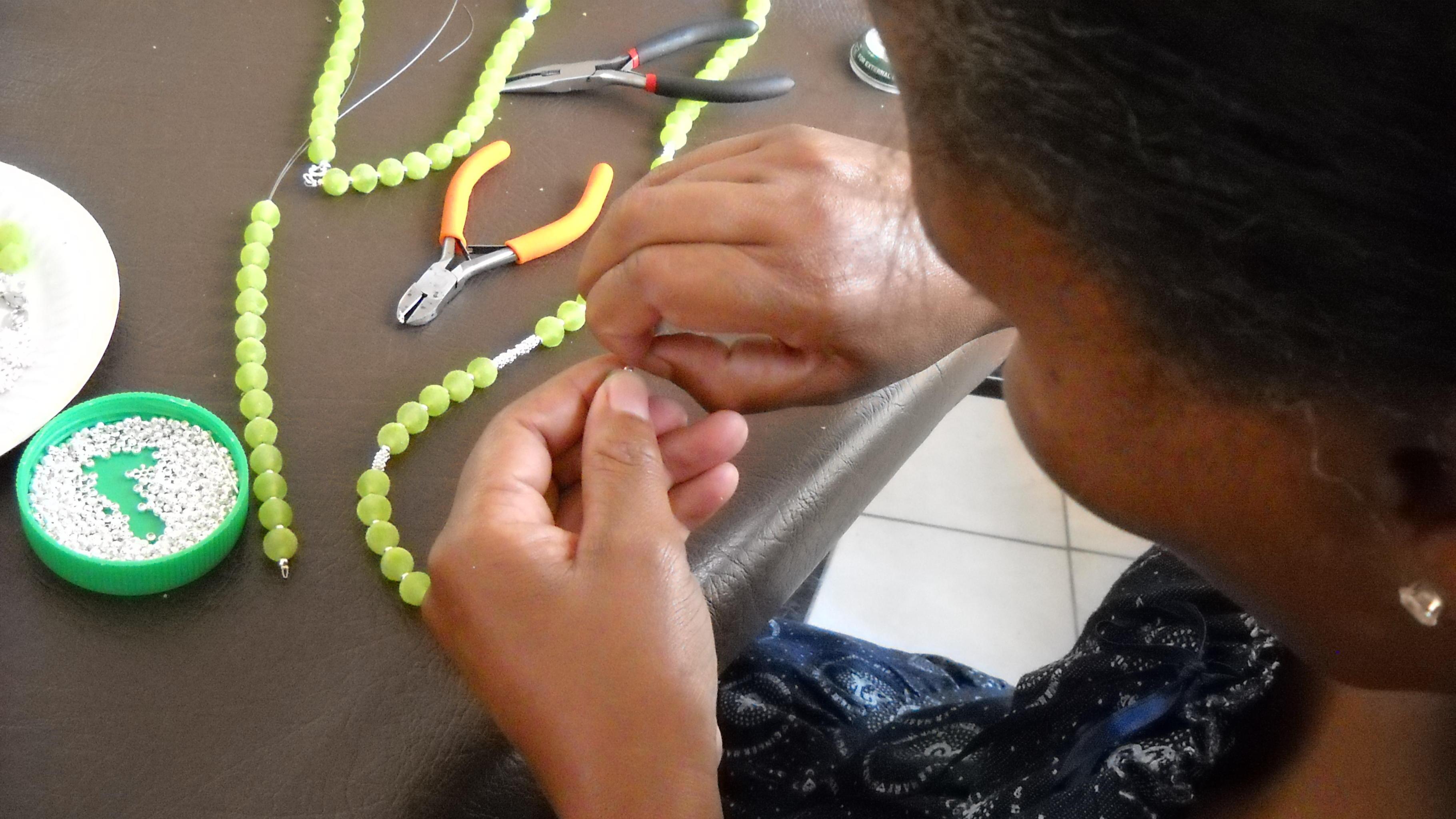 Einkommen für misshandelte Frauen durch Herstellung von Perlenschmuck.