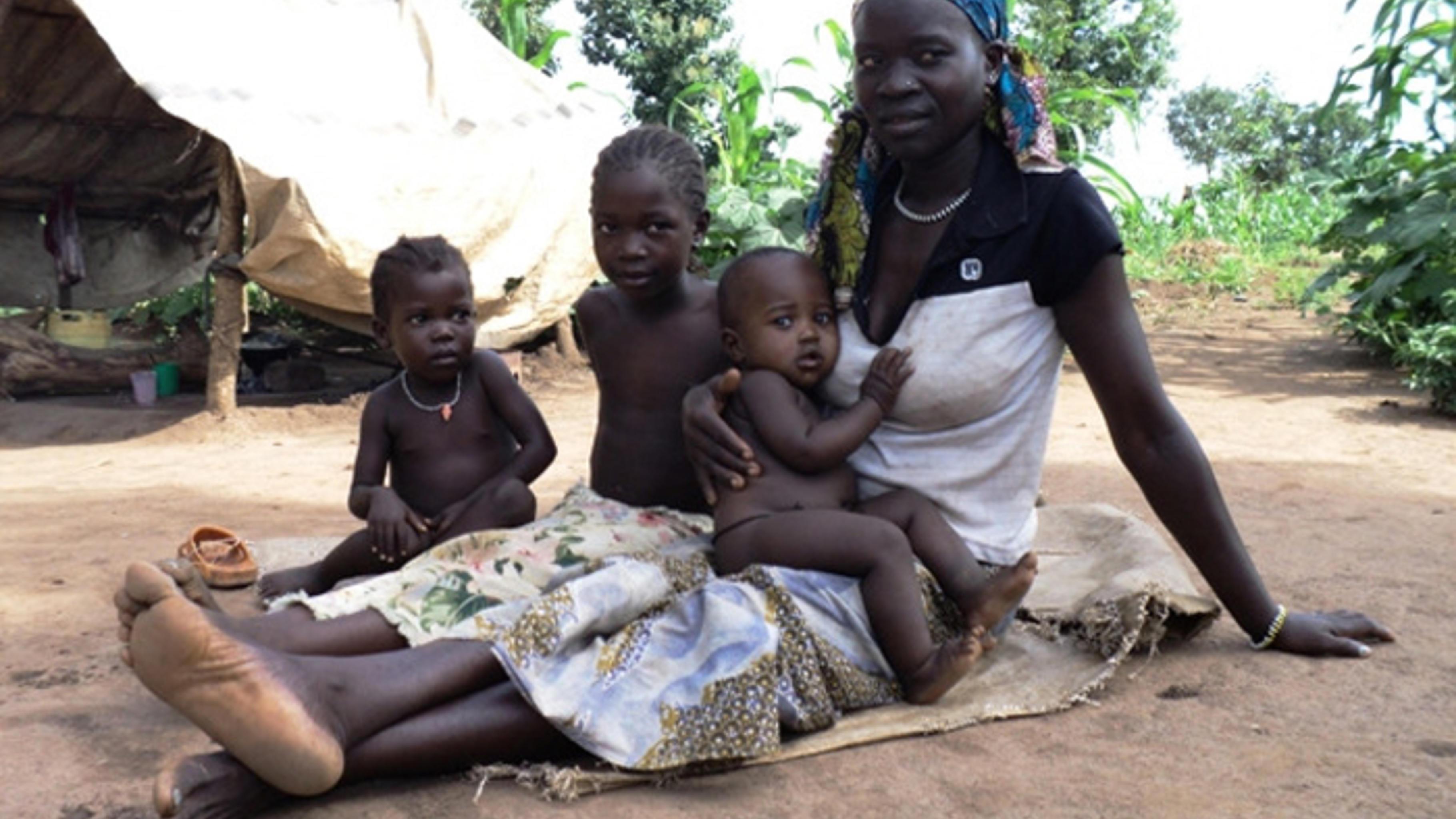 Esther Kaliopa mit ihren Kindern