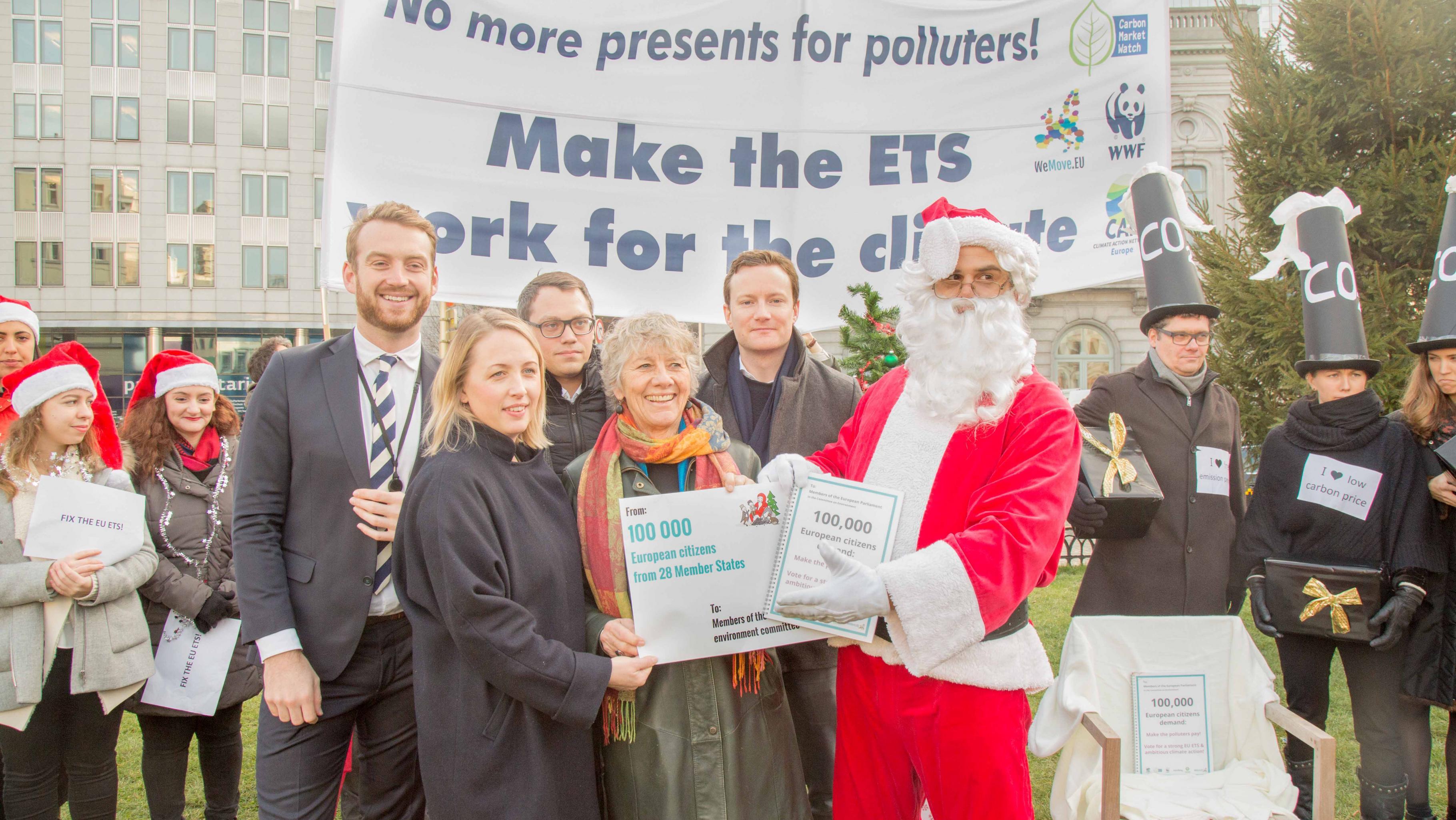 Keine Geschenke mehr für Verschmutzer! Der Weihnachtsmann übergibt 100.000 Unterschriften an Mitglieder des Europäischen Parlaments.