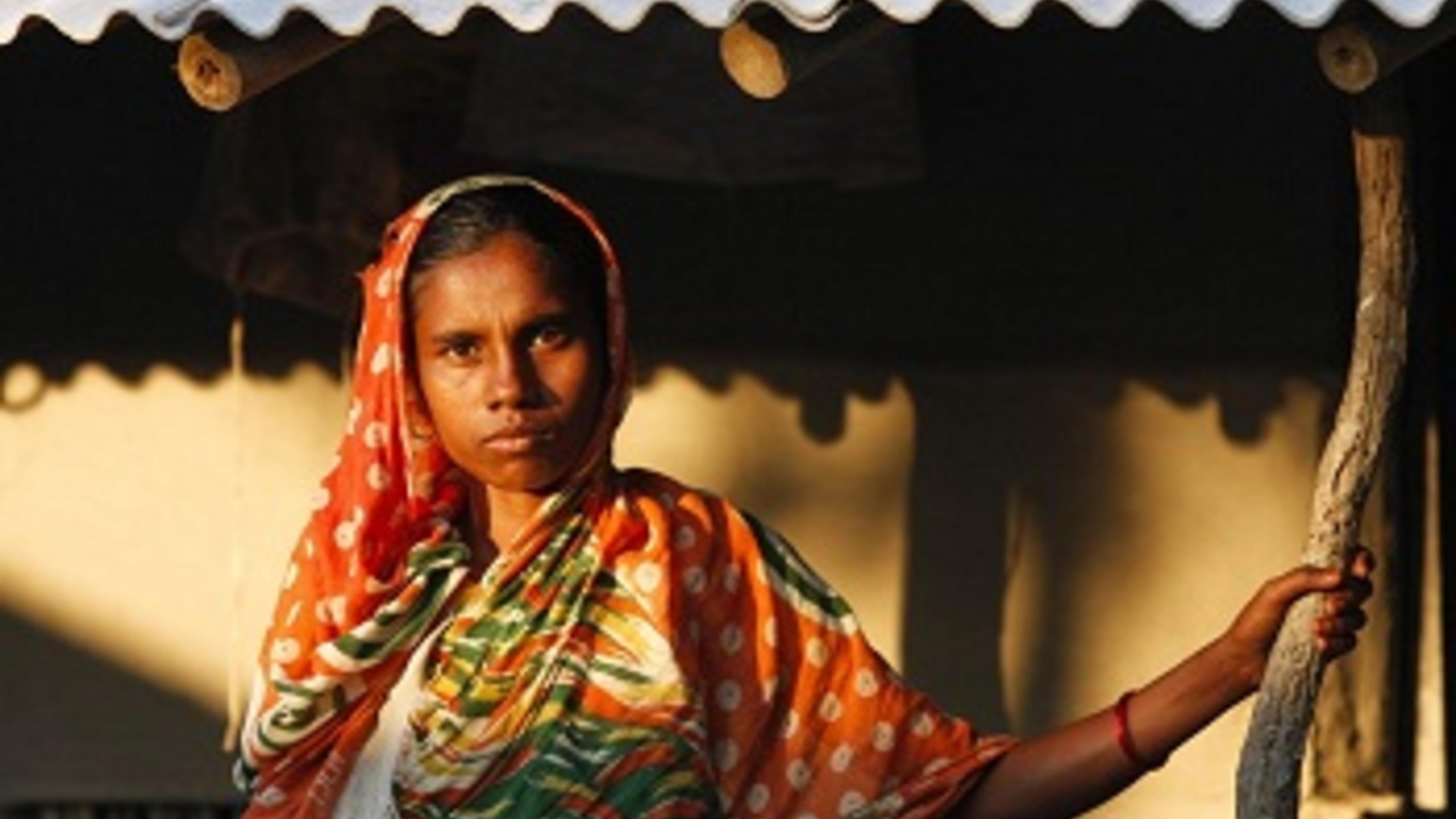 Fahima Begum, vor ihrem Haus in Gabura im Westen von Bangladesch.