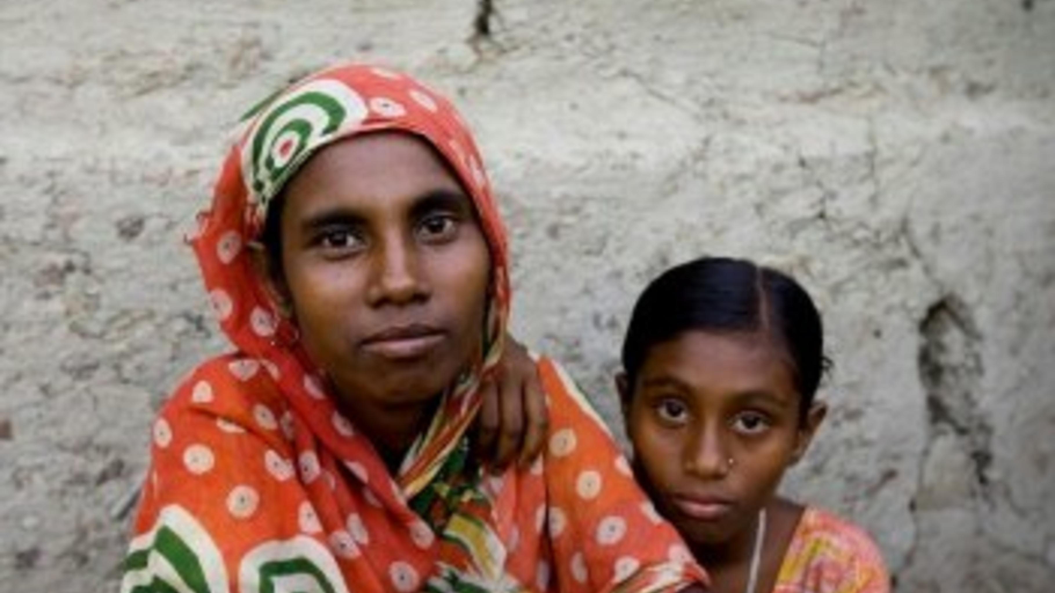 Fahima Begum mit einer ihrer Töchter.