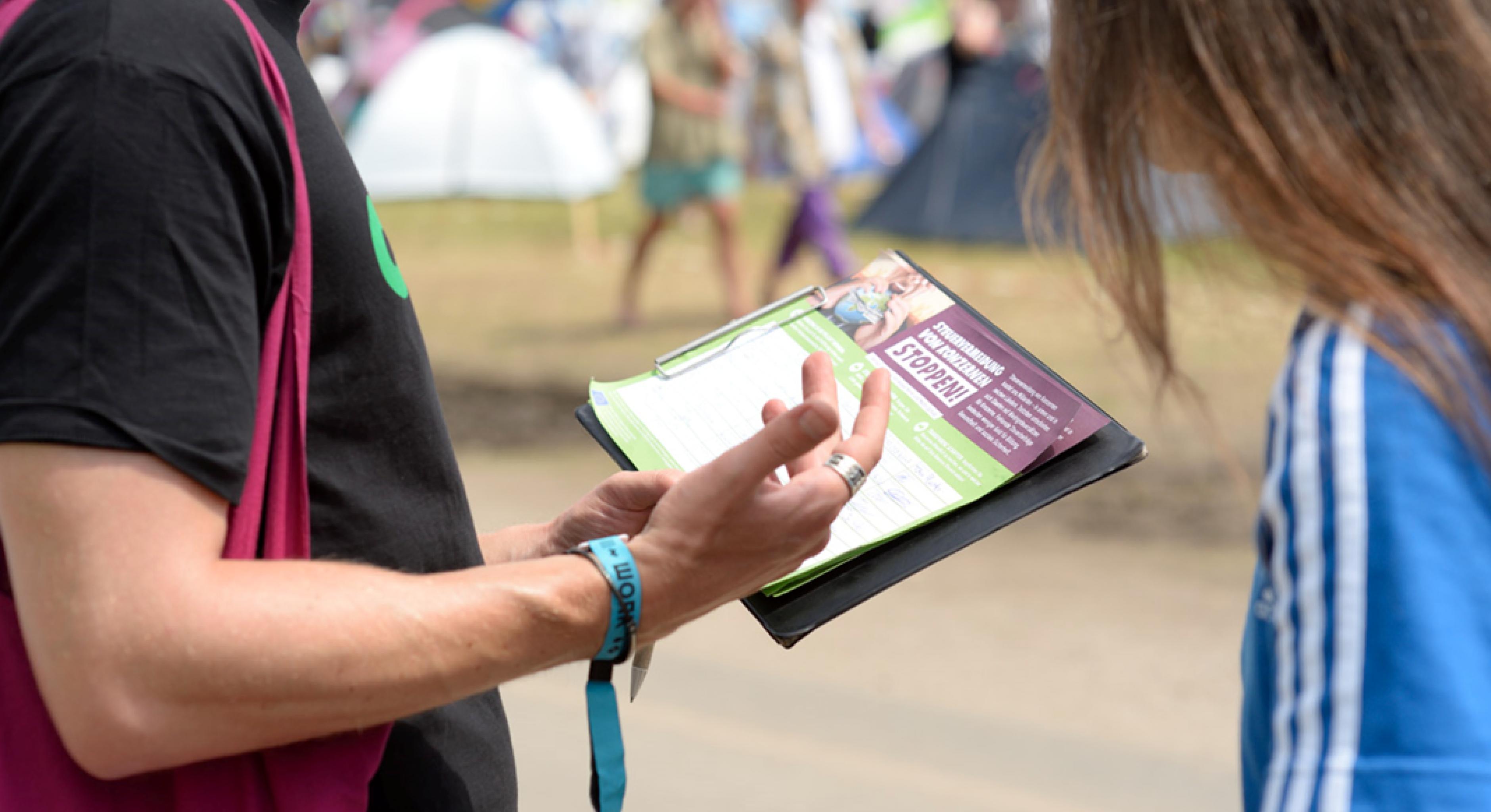 Konzertaktivistin Oxfam on Tour Unterschriften sammeln