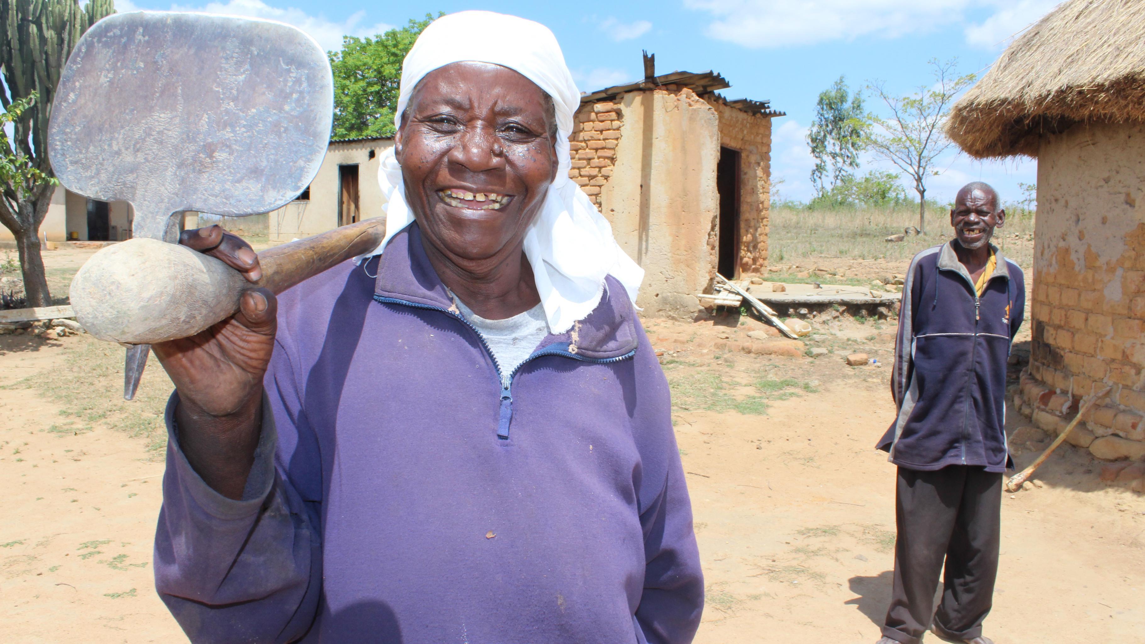 Die 71-jährige Florence Mahove aus Simbabwe mit ihrem Ehemann