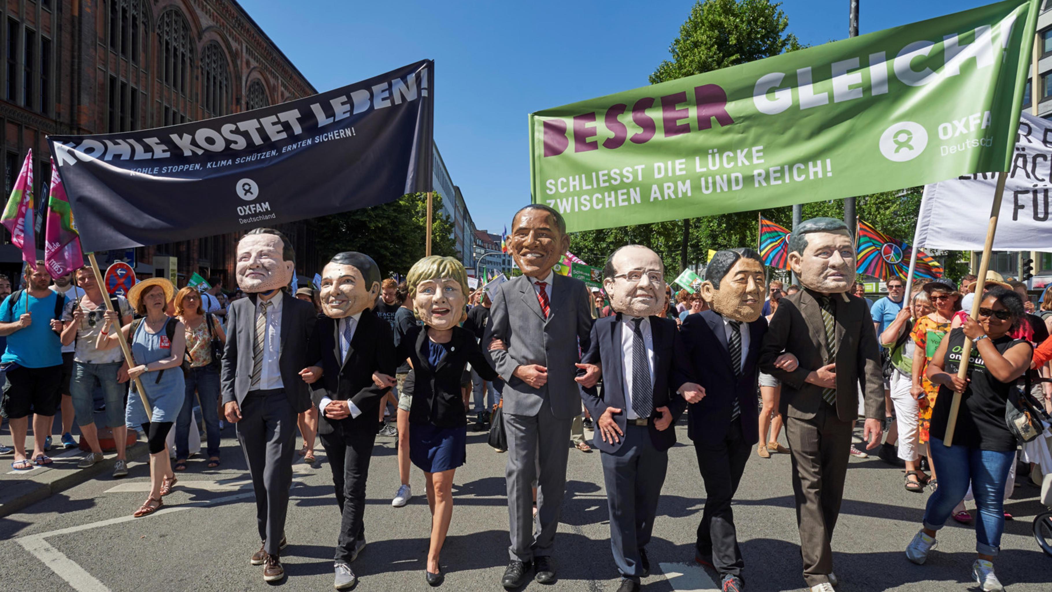 Als G7 verkleidete Aktivist/innen auf einer Demonstration in München