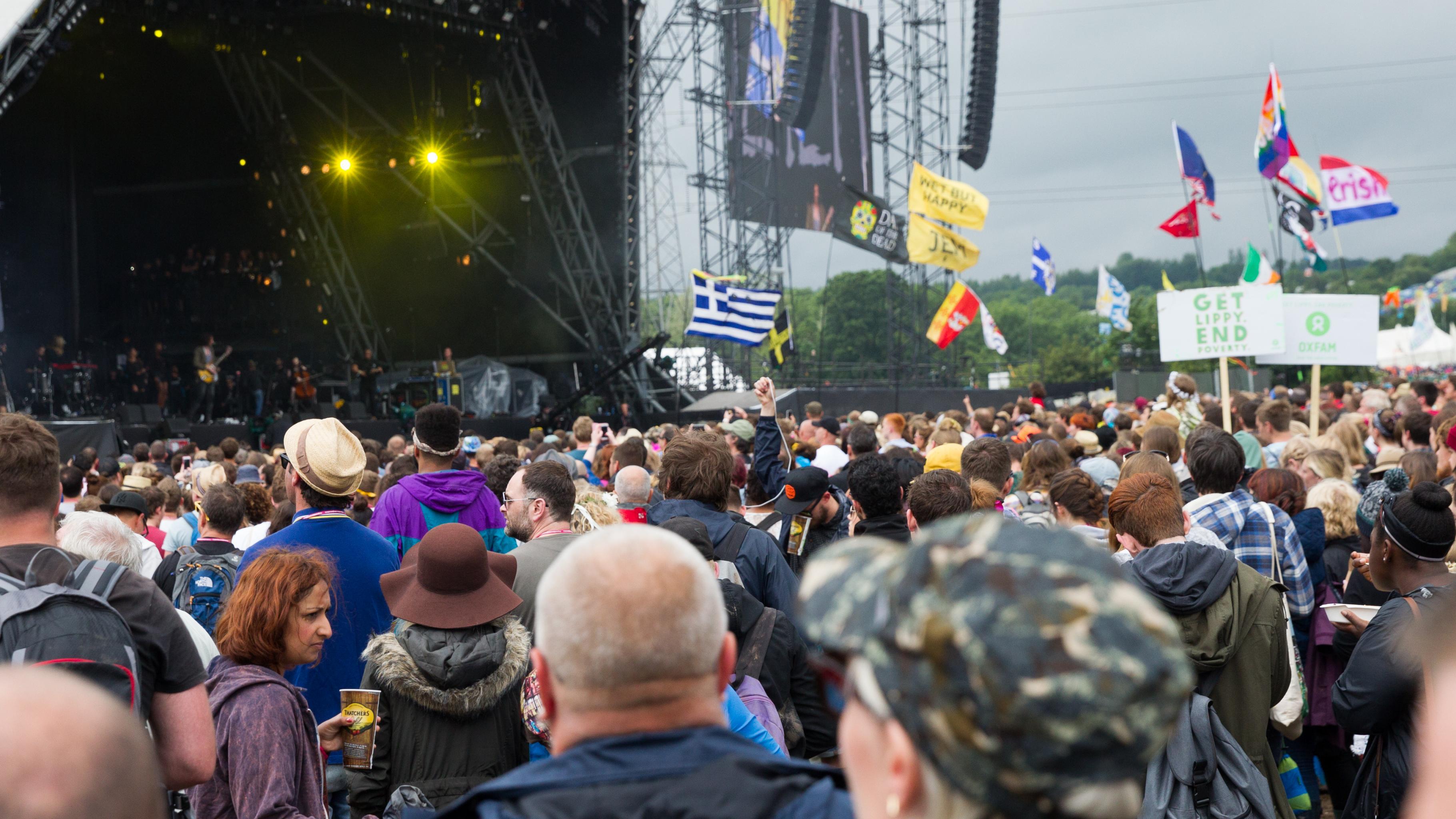 Blick aus dem Publikum zur Bühne beim Glastonbury-Festival