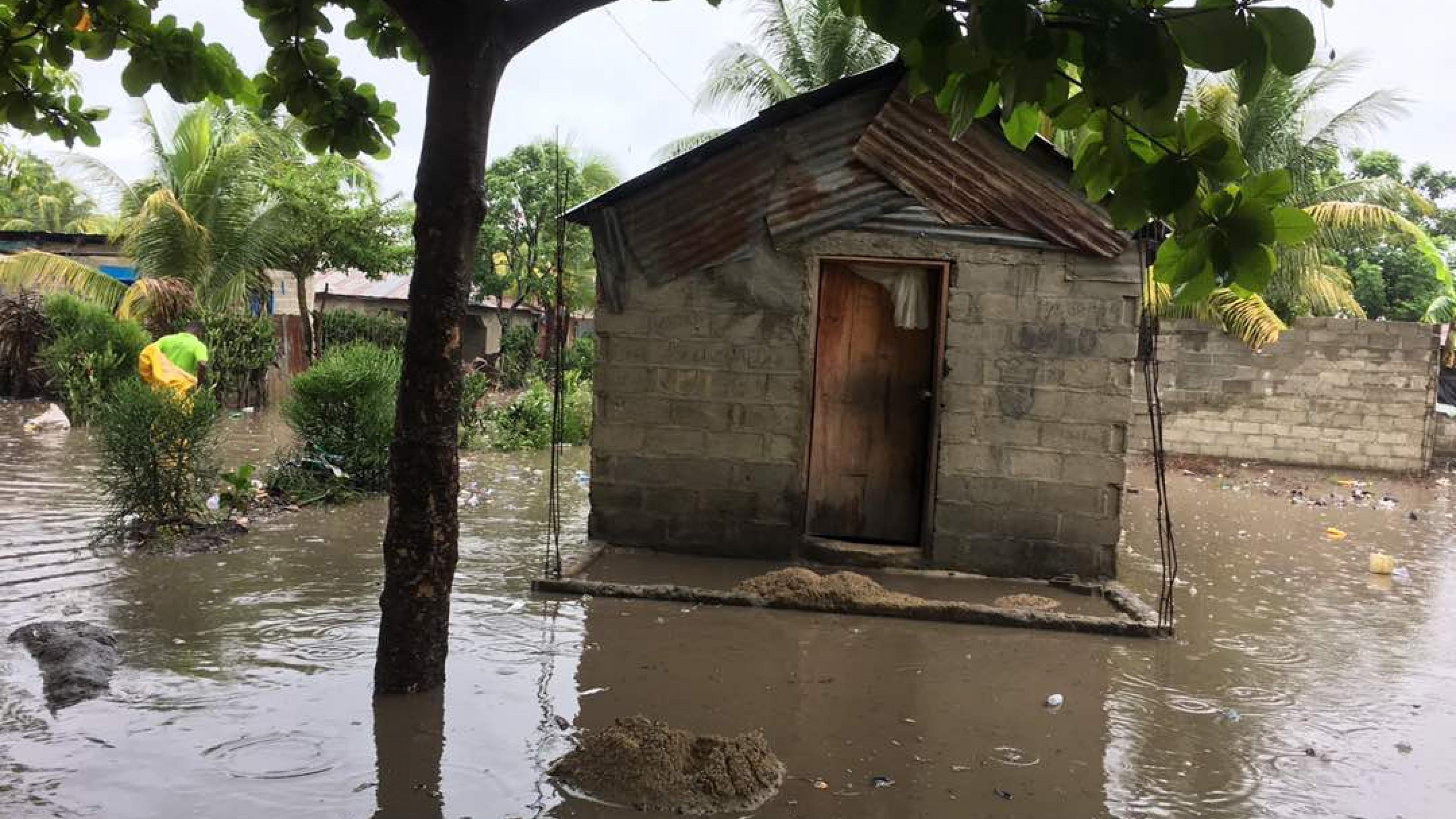 Ein Haus mit Wellblechdach in einem überschwemmten Gebiet